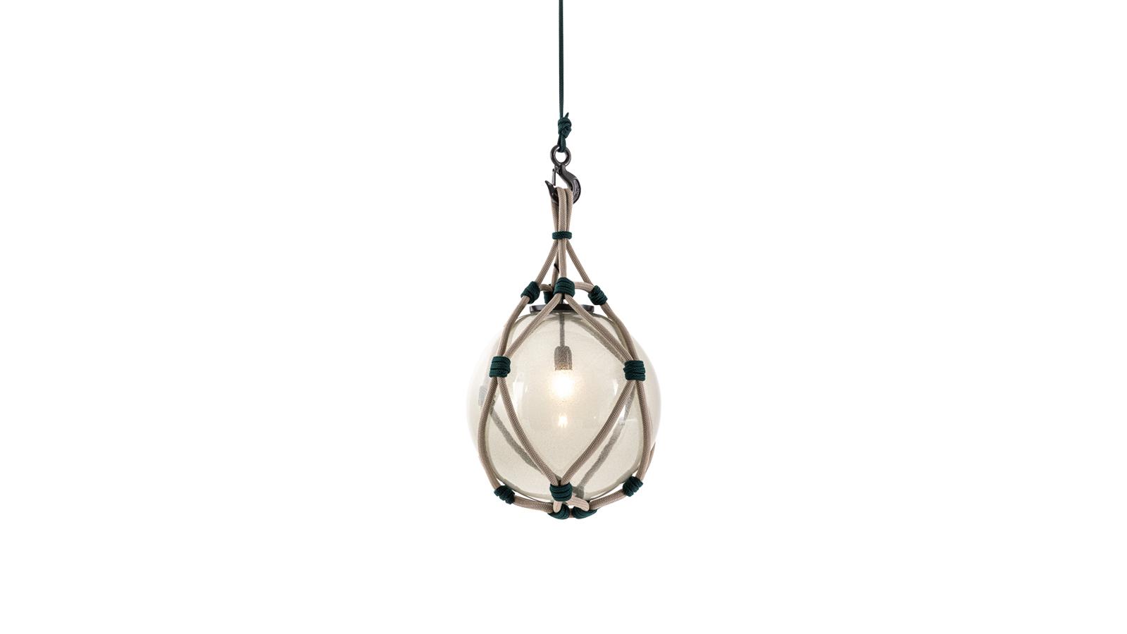 A Bollicosa Nautilus outdoor lámpa egyediségét a fúvott üveg gömb adja, melynek köszönhetően minden darab egyedi. A népszerű lámpát gyártója, a Cassina idén új, kültéri verzióban is bemutatta 2020-ban, így a termék már két méretben, különböző színkombinációkban is elérhető.