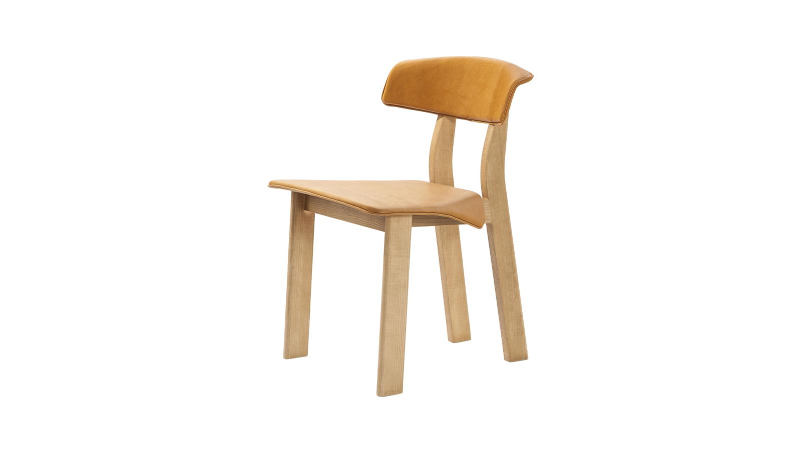 A Back-Wing szék maga mögött hagyja a konvenciókat, és új, energikus formavilágot teremt. A kőrisből készült keret vaskos, erőteljes megjelenését ellensúlyozza a papírszerűen ráhajló ülés. Az elegáns utolsó simításért a háttámlát és az ülést körülölelő bőr felel, mely lágyan omlik a bútortestre.