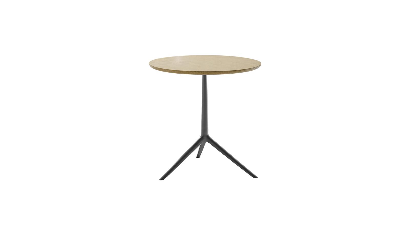 A hangulatos Cozy asztalok a klasszikus háromlábú kisasztalok esztétikáját emelik be az exkluzív design univerzumába. A 60 cm magas bútorok bármilyen enteriőrben kiválóan mutatnak, és többféle alapanyaggal is elérhetők, többek között tölgy- és eukaliptuszlappal, illetve króm- és sárgaréz lábakkal.
