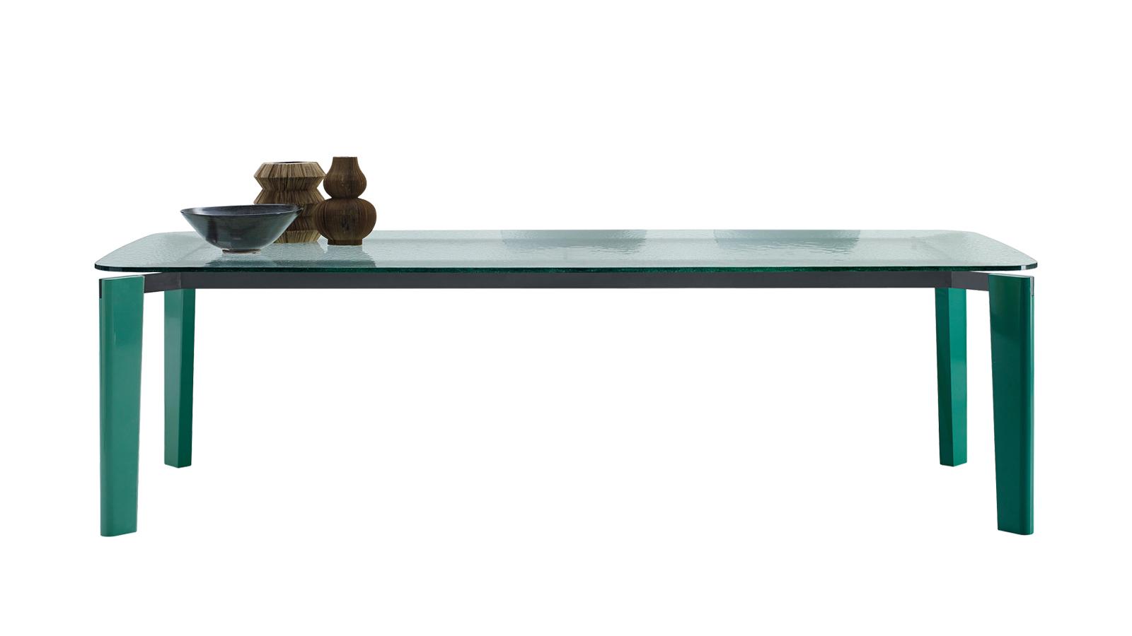 Az Oskar asztal az, ahogyan egy építész látja a bútorokat. Ez a remekmű ugyanis a belga építész, Vincent Van Duysen fejéből pattant ki, hogy a modern építészet érzékiségét és kifejező erejét egyetlen asztalban képes legyen megjeleníteni. Legegyedibb részlete a katedrálüvegből készült asztallap, melyet egy, csak a gyártó, a B&B Italiánál kifejlesztett speciális eljárással készítenek. A felület finom tapintása és az elemek harmonikus aránya teszi az Oskart korszakalkotó asztallá, mely az Ön étkezőjéből sem hiányozhat.