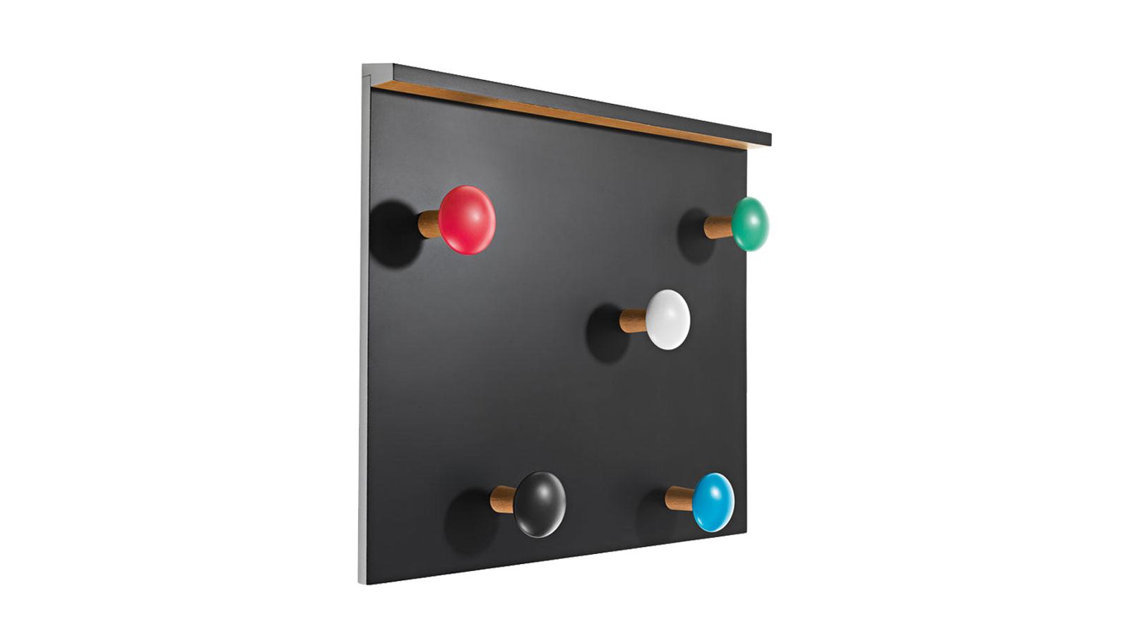 Ezt a játékos, gyerekszobai kiegészítőnek is beillő ruhafogast eredetileg saját nyaralójába tervezte a 20. század egyik legismertebb építésze, Le Corbusier. Az akár absztrakt festménynek is beillő darab vidám, élénk színekben pompázik, melyek tökéletesen kiemelik a gomba formájú akasztókat.