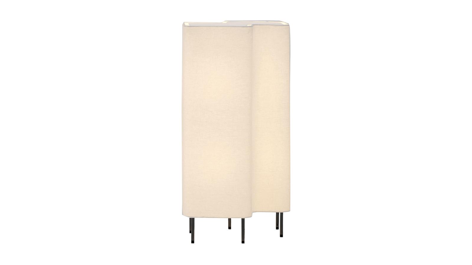 A Blanche új színt visz a hangulatvilágítások univerzumába. A masszív lámpatest opálos üvegének hála otthonos fénnyel tölti meg a szoba adott pontját, visszafogott lábának köszönhetően pedig inkább egy különös bútor, mintsem egy könnyen háttérbe szorítható kiegészítő szerepét tölti be. Asztali- és többféle állólámpa verzióban is kapható.