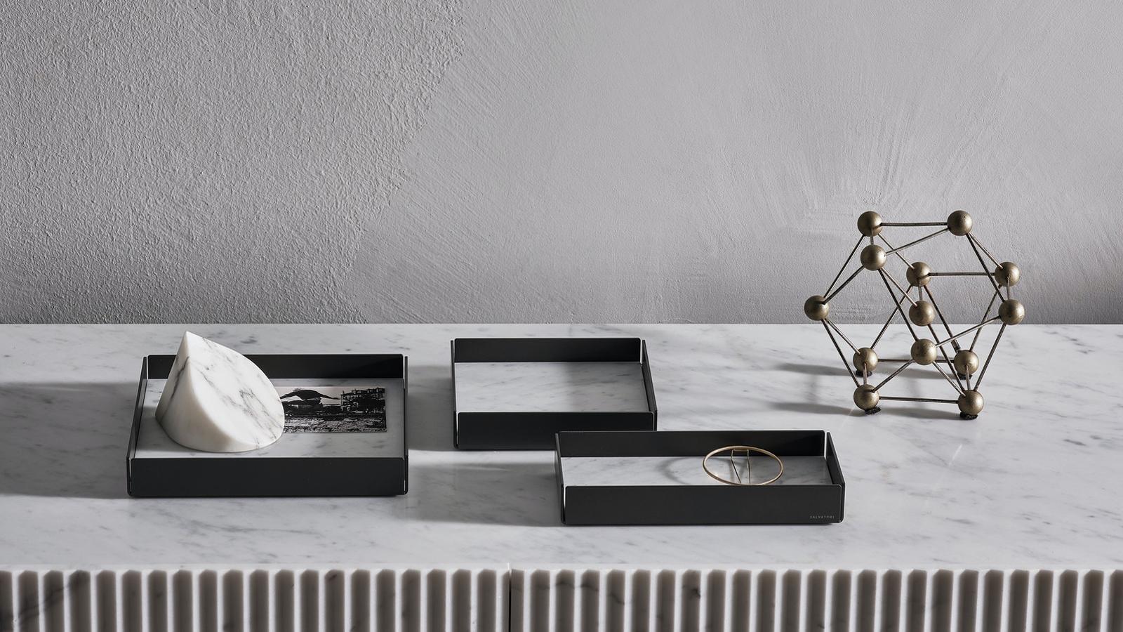 Négy, egymáshoz tökéletesen arányuló modell alkotja a Fontane Bianche sorozat tálca-kollekcióját, melyek önmagukban illetve együtt használva is kiváló kiegészítői lehetnek fürdőszobánknak – vagy akár a lakás bármely részének. A tálcák egyetlen márványdarabból készülnek, fém peremmel, és kétféle színváltozatban kaphatók. A Fontane Bianche sorozat Elisa Ossino formatervező alkotása.
