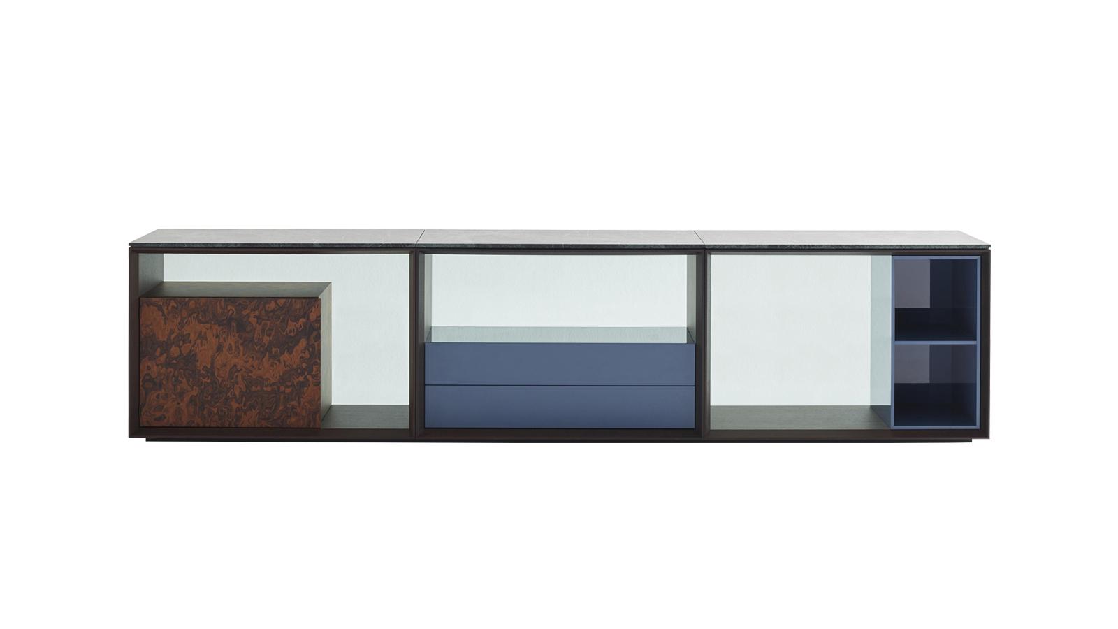 Az üres és teli, a világos és sötét részletek érzéki váltakozása a Matrioska Credenza szekrény. Akár egy bűvészmutatvány, egyszerre villant fel dolgokat és hagyja takarásban őket. A fiókokat, polcokat és dobozokat magában rejtő bútor a nappali üde színfoltja.