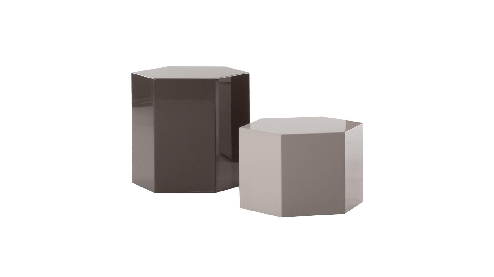 A Minotti Aeron asztala hatszögletű prizma kialakításával és fényvisszaverő lakk bevonatával csillogást hoz az alvás és a pihenés terébe. Négy visszafogott variációban kapható: homok, iszap, petróleum és corten acél színekben. Az Aeron egy masszív bútortágy, melynek középpontjában anyagszerűsége áll, tapintásra invitál, ezáltal közvetlen kapcsolatot teremt a használójával. Az Aeron asztalok több méretben kaphatóak, és bátran kombinálhatóak egymással, formák és dimenziók izgalmas játékát hozhatjuk velük létre.