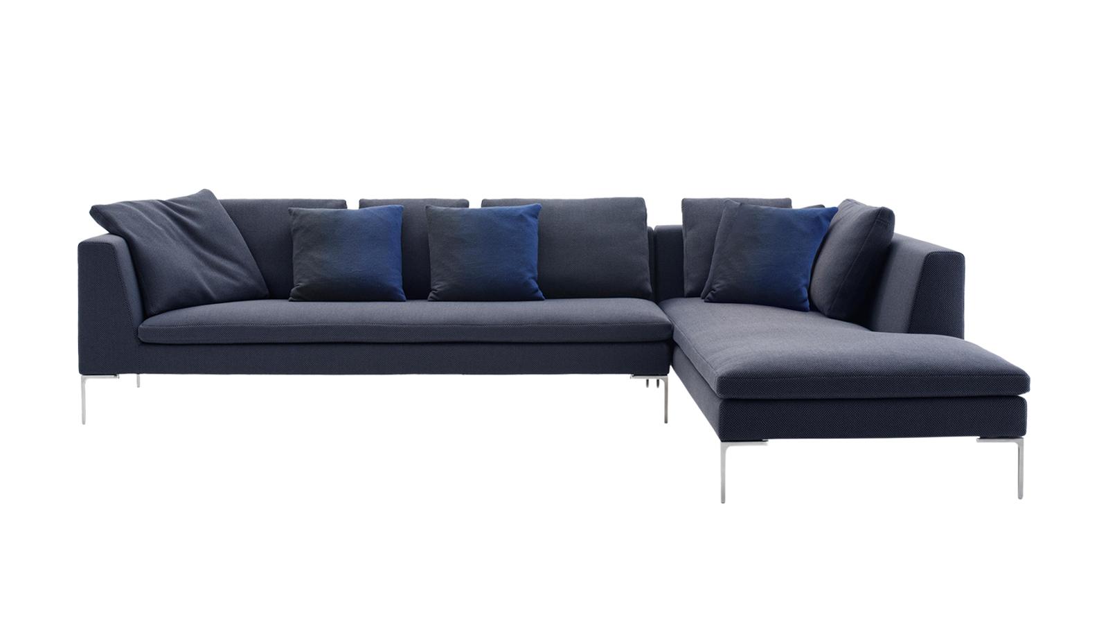 Ha valaki, akkor a világhírű designer, Charles Eames megérdemli, hogy bútorkollekciót nevezzenek el róla. Az '50-60-as évek stílusát idéző Charles kanapék nem véletlenül a B&B Italia legnépszerűbb darabjai: az egyszerűnek ható megjelenés mögött maximális kényelem és a legmagasabb szintű minőség húzódik. Ám az ülőgarnitúra igazi népszerűségét az adja, hogy az eltérő formáknak és a számos párnának hála kreatívan formálhatjuk a nappali ékét.