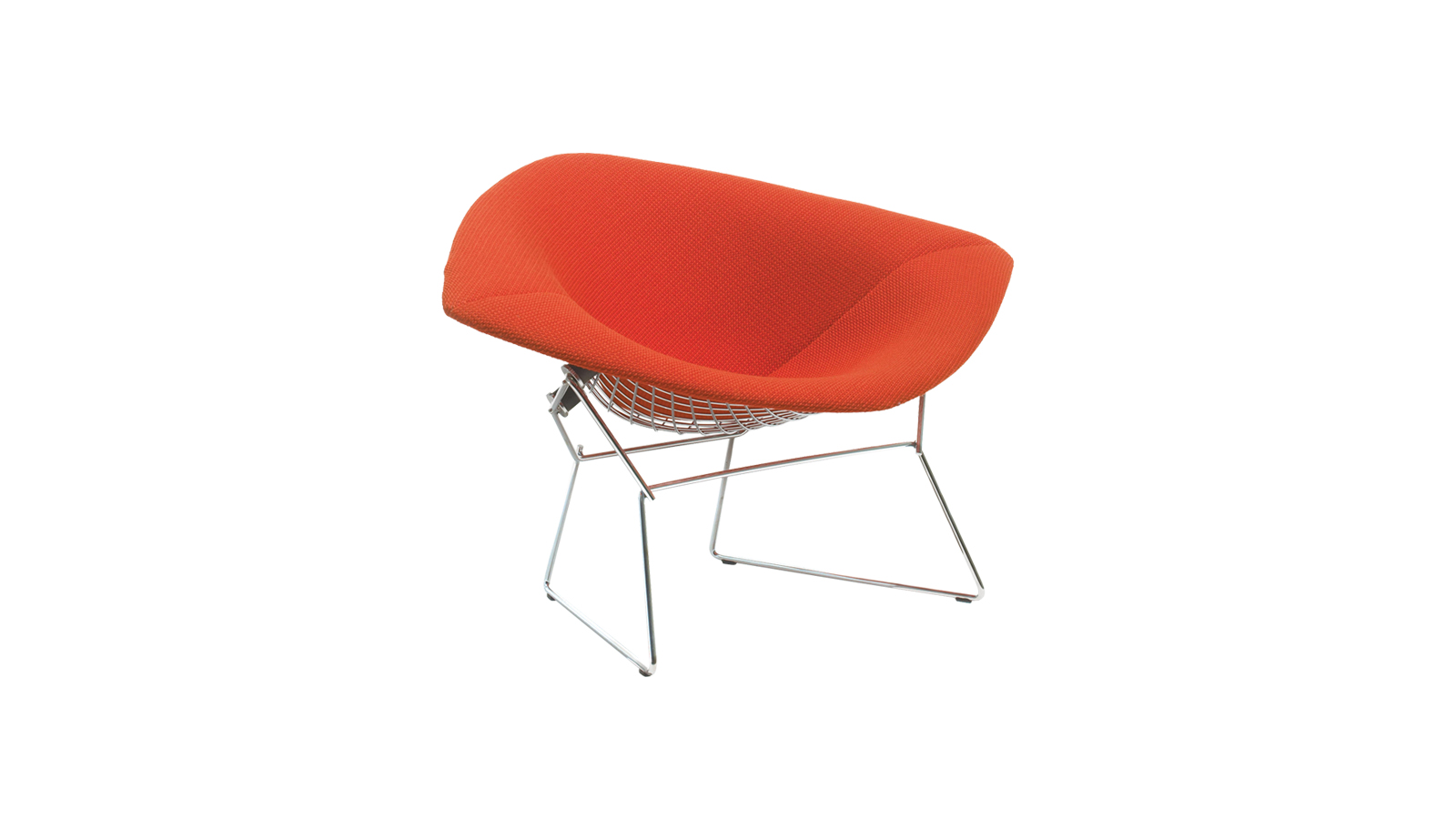Harry Bertoia, az olasz születésű amerikai képzőművész eredetileg ékszerészként dolgozott, legnagyobb hatású alkotása mégis egy ülőalkalmatosság. A Bertoia szék eredetijét az a vágy szülte, hogy egy olyan hétköznapi ipari anyagot, mint a huzal, a bútorkészítésben is hasznosítani lehessen – ennek eredménye az a bútorcsalád, mely több, mint 60 éve örvend töretlen népszerűségnek, kárpitos és kárpit nélküli változatban is.