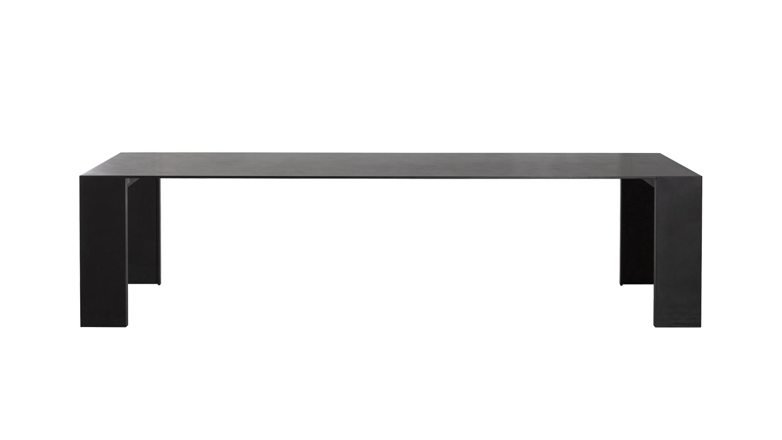 Csupán egyféle vastagsággal egy egész világot épít fel a Metallico. A mindössze 12 mm-es bútorlap átnyúlik és körbeszi az étkezőasztalt, így a papírlapszerű formából háromdimenziós, megunhatatlan bútor születik. Az alumíniumtól kezdve a fán át egészen a selyemtapintású felületig többféle változatban kapható.