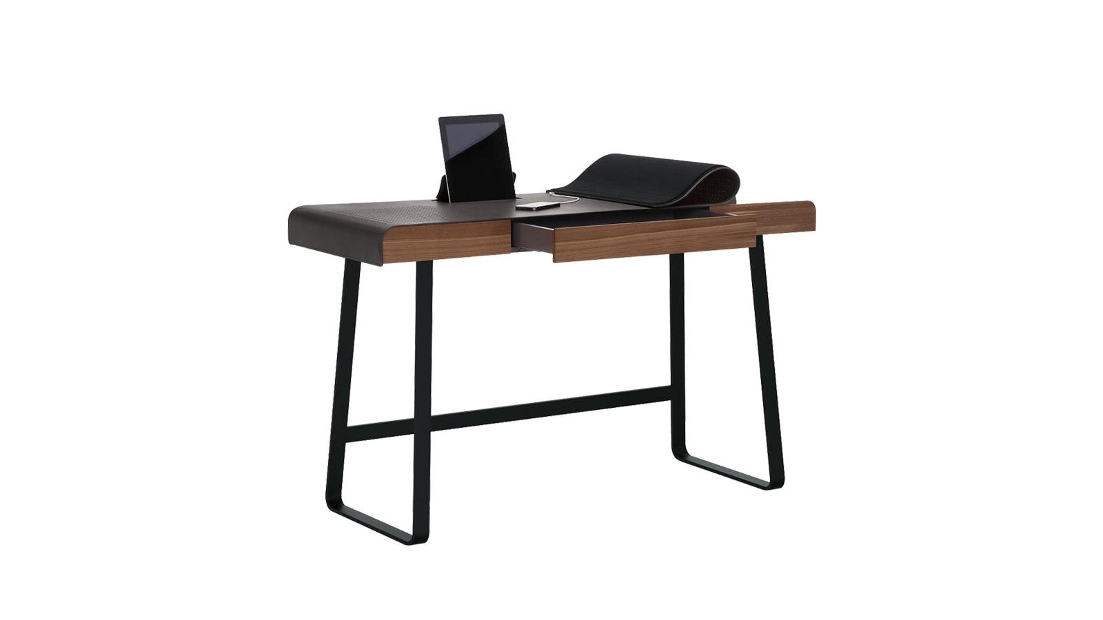 A Pegasus íróasztal az otthoni munkehely esztétikai értékét emeli, ahová szívesen ülünk le egy kávéval, hogy nekilássunk a faladatoknak. Semmilyen módon nem idézi más irodai asztalok hangulatát, hiszen léptéke emberközelivé, kecses, íves, fém lábai könnyeddé varázsolják. Lapját bőr takarja, praktikus, vékony fiókjaiban pedig elrejhetjük a számítástechnikai eszközöket.