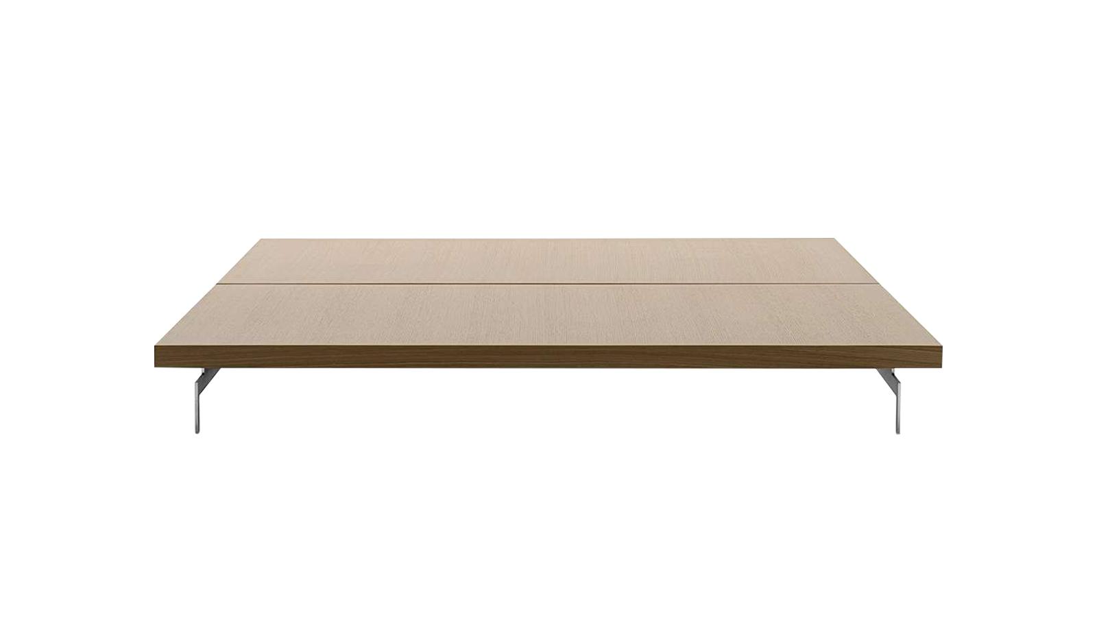 A Dock termékcsaládot a stabilitás jellemzi. Nem véletlen, hogy ez a dohányzóasztal is megingathatatlan, mely nemcsak erőteljes, kampószerű lábainak, hanem vastag, időtálló dió- és tölgyfából faragott asztallapjának is köszönhető. Remek kiegészítője az energikus, rendhítetlen bútoroknak.