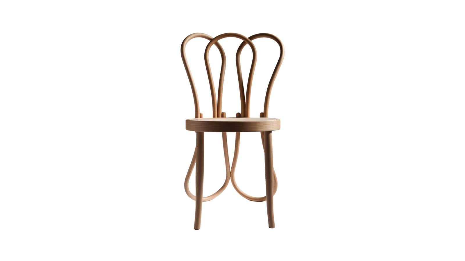 A Post Mundus, a Thonet cég eme remekműve mosolyra fakaszt és élénk gesztusokat idéz fel: a Martino Gamper által tervezett szék a gyártó jól ismert, hagyományos formavilágát írja kissé át. Az irónia és a könnyedség alapja mindössze öt darab hajlított fa elem, melyek szimmetrikus összekapcsolása révén a hagyomány és a modernizmus egyszerre jelenik meg a tárgyban. Mestermű!