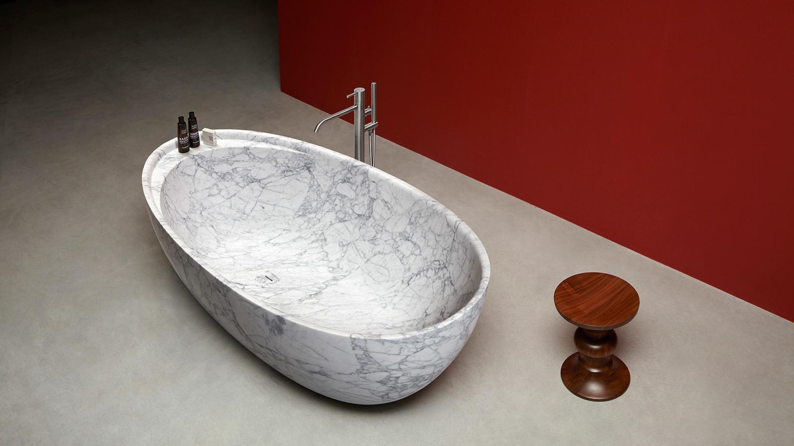 A szabadon álló fürdőkádak kedvelői bizonyára kedvelik majd az Eclipse modell e változatát: a hagyományos, ovális forma itt enyhén organikus stílusban született újjá, mégpedig Carrara-i márványból. A részleteiben is rendkívüli szépségű, monolitikus forma egy praktikus polcot is rejt, melyen a szükséges fürdőkellékek elhelyezhetők.