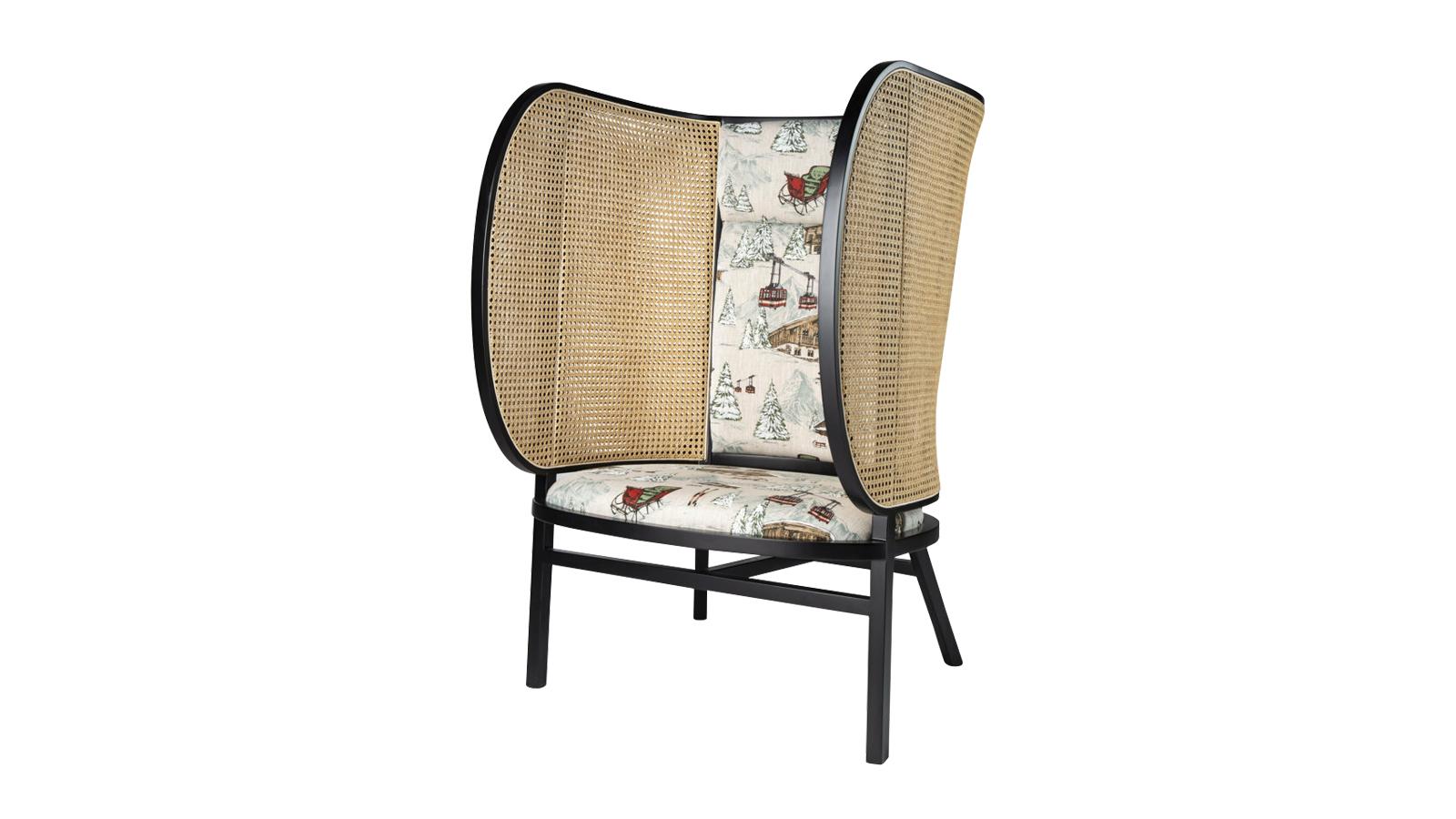 """A svéd Front designcsapat által tervezett karosszék egyszerre hagyományos és újszerű. A Thonet felkérésére készített bútordarab klasszikus formát idéz és tradicionális anyagokból készül, ugyanakkor oversize """"fülesei"""" révén humoros, látványos és modern. Mindemellett pedig tökéletes intimitást garantál, így jó szolgálatot tehet bármilyen közösségi térben."""