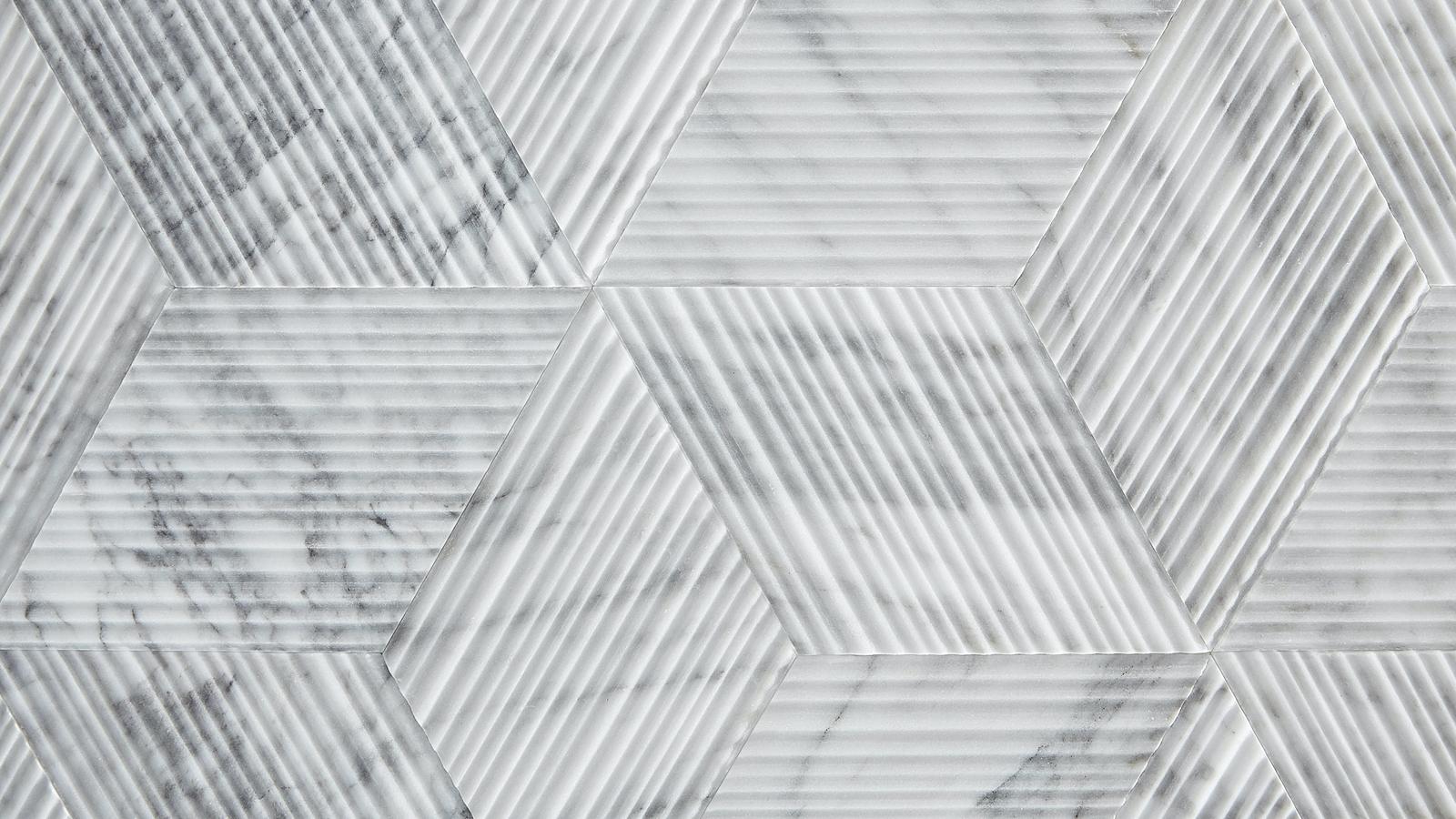 Eredeti és dícséretes gondolatból született a Salvatori Romboo burkolat: a termék ugyanis az egyenes vonalú és rendkívül népszerű Bamboo termékük vágása során keletkezett hulladékdarabok egymás mellé helyezésével jött létre. A rombusz formákra vágott, kisméretű darabkákból kialakított, háromdimenziós hatszögek olyan egyedi, új felületet alkotnak, mely egyedi fény-árnyék hatásokat kelt és rendkívül izgalmas látványt hoz létre.