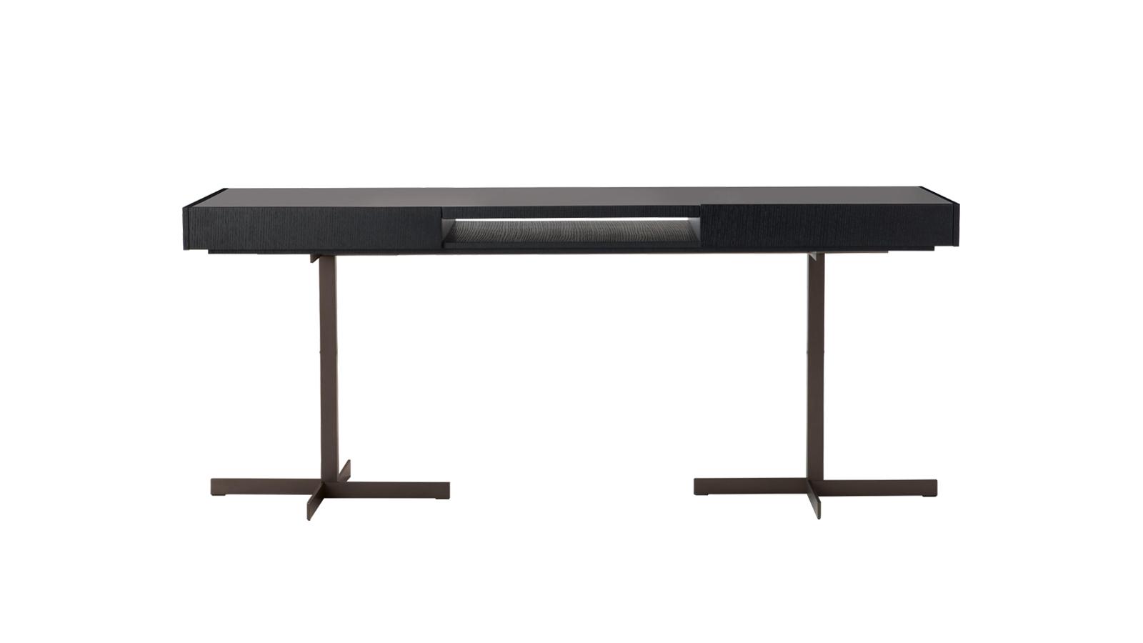 Az eredetileg a Minotti Yang rendszeréhez készült lerakóasztal tökéletes megoldás mindazon tárgyak tárolására, amelyekre a kanapé közelében szükségünk lehet. Kényelmes asztalfelülete alatt praktikus tároló rejtőzik, sőt: egy kiemelhető tálca is tartozik hozzá. A Close kollekció többféle dohányzóasztal-méretben, konzolasztal-, íróasztal- és éjjeliszekrény-változatban is kapható.