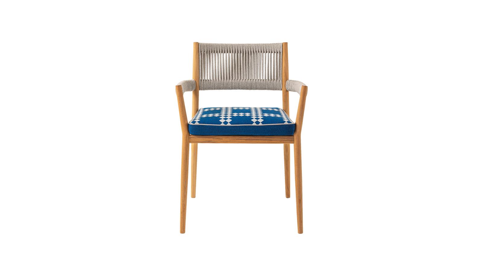 A Cassina 2020-ban bemutatott, Dine Out kültéri, rakásolható székei és karosszékei esetében az elegáns teakfa szerkezetet puha párnák és kézi szövésű, vízálló polipropilén kötél egészíti ki. A kollekciót a híres Rodolfo Dordoni tervezte.
