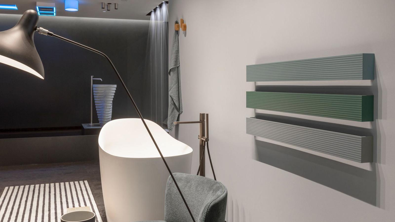 A Stecca geometrikus egyszerűségének köszönhetően szinte bármely fürdőszobai térhez képes illeszkedni. A több színben kapható alumínium törölközőmelegítő és tartó a mindennapi használat körforgásának részévé válik. A longitudinális elem a tiszta funkció és a nemes egyszerűség megtestesítője. Más fürdőszobai elemekkel párbeszédbe állítható, párhuzamos elrendezés esetén harmóniát, merőleges, hosszanti elemekkel párosítva játékosságot fejez ki.
