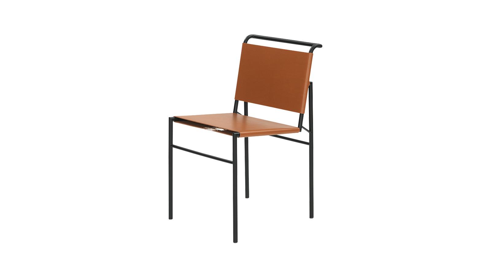 A szék különlegessége, hogy a 20. század egyik fontos designere, Eileen Grey tervezte 1927-ben, mégpedig a spanyolországi Castellarban álló második házának teraszára. Az első variáció tehát kültérre készült, huzata kék vászon volt, majd megtervezte a beltéri változatot is, melynek fém csővázának formája változatlan maradt, csupán a vászon helyett bőrrel vonta be az ülőfelületet és a háttámlát.