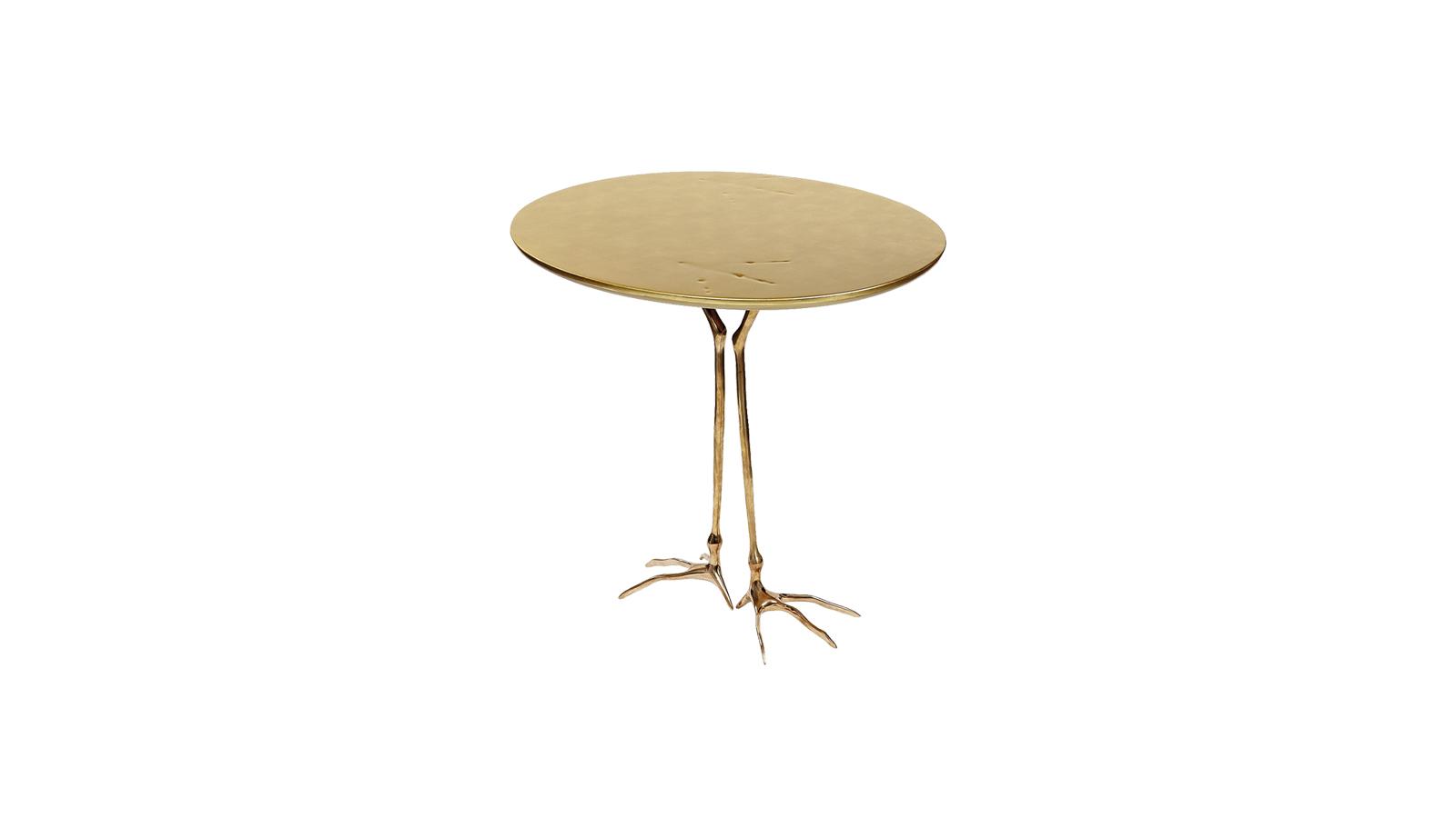 A világhírű képzőművész, Meret Oppenheim szerencsére a bútortörténeten is rajta hagyta a kéznyomát. Fékezhetetlen kreativitásából született a Traccia kisasztal is, mely a képzelet és racionalitás határán mozog. A kecses madárlábat megformáló tartószerkezet és a letisztult formavilágot követő asztallap kettőse tökéletes kompozíciót alkot.
