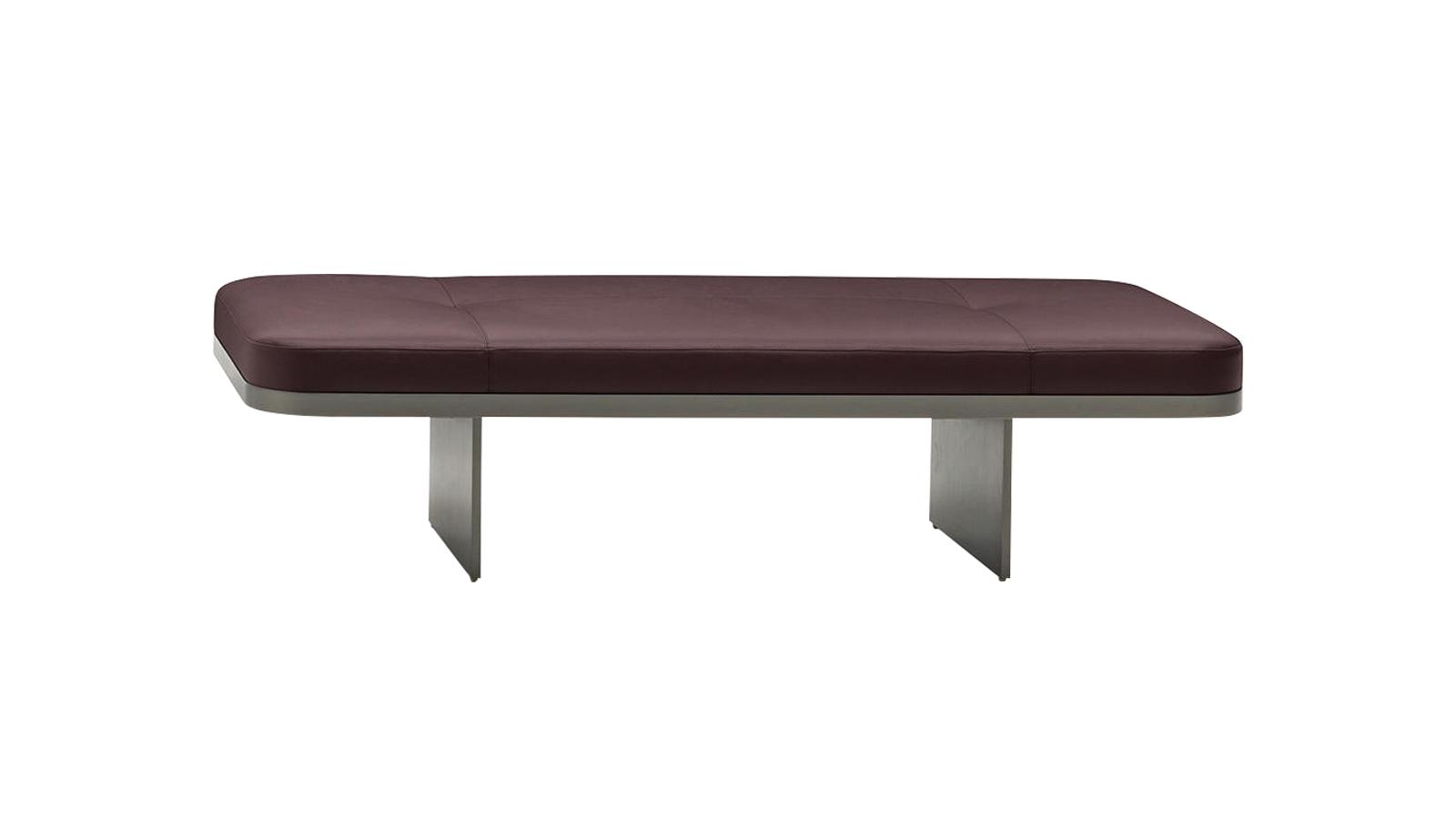 A Clive egy kárpitozott padokból álló sorozat, mely egyszerre sugároz luxust, valamint visszafogott minimalizmust. Ötféle különböző méretben és magasságban elérhető, és természetesen kárpitozását illetően is igen nagy a választási lehetőségünk, ennek köszönhetően a Clive otthonunk praktikus és stílusos bútora lehet.