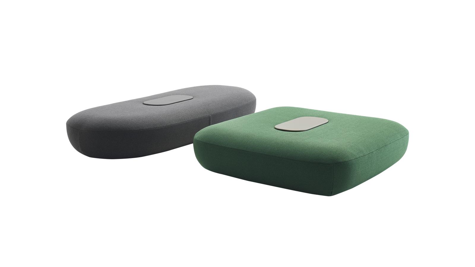 """A Tabour a sikeres, szintén Tabour nevet viselő puffok kültéri változata. A beltéri sikereik után. A kiegészítő egészen új utakat nyit a szabadban történő stílusos pihenésben. A hosszúkás, ovális vagy szögletes puffok multifunkcionálisak, felhasználhatók kültéri """"beszélgetőszigetek"""" létrehozására, illetve kanapék és fotelek meghosszabbítására."""