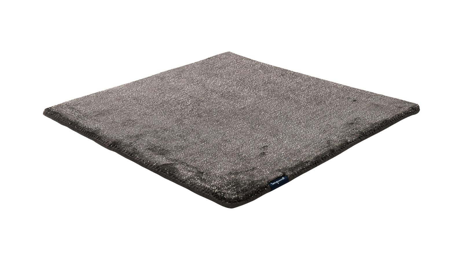A német Kymo céget különleges ambíció hajtja: szeretnék, ha szőnyegeik nem egyszerű talpalávalók lennének, hanem az otthon padlójának ruhái. Ennek szellemében különleges odafigyeléssel és a divat iránti egyedi érzékenységgel alkotják meg termékeiket – így a The Loft Space 89 szőnyeget is, mely távolról semleges és egységes, közelről azonban részletgazdag és különleges.
