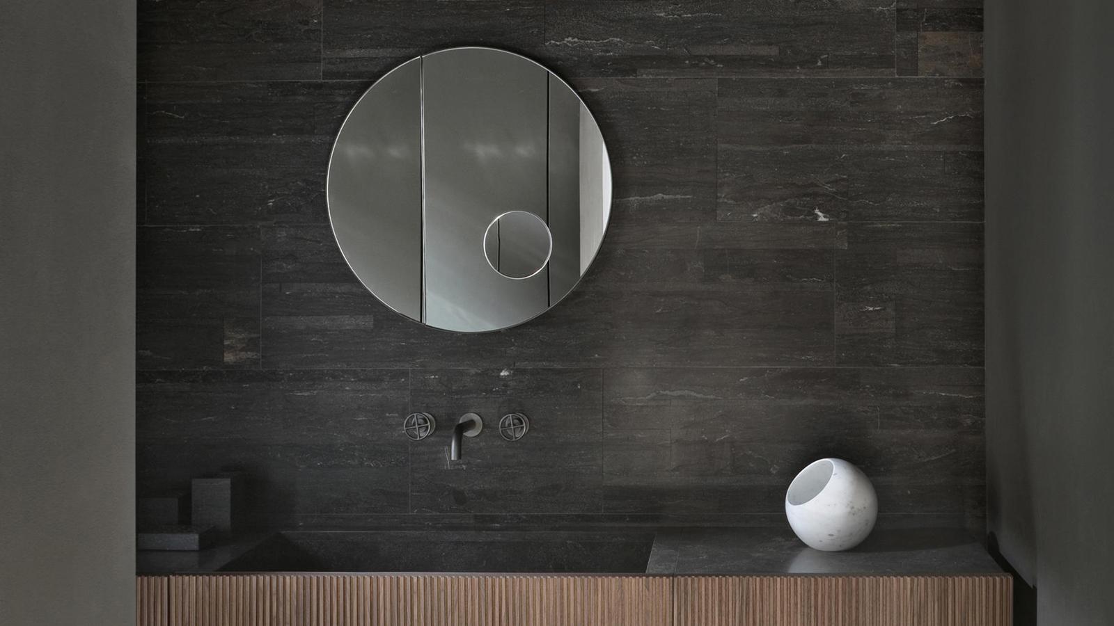 Az Elisa Ossino designer által tervezett, vékony keretes Archimede tükrök a kör és a téglalap különböző geometriáival játszanak, diszkrét zsanérjaik segítségével pedig egy részük akár be is hajtható. A tükrök ráadásul egy beépített nagyító tükröt is rejtenek, mely még egy geometriai játékkal gazdagítja az egyébként is érdekes darabot.