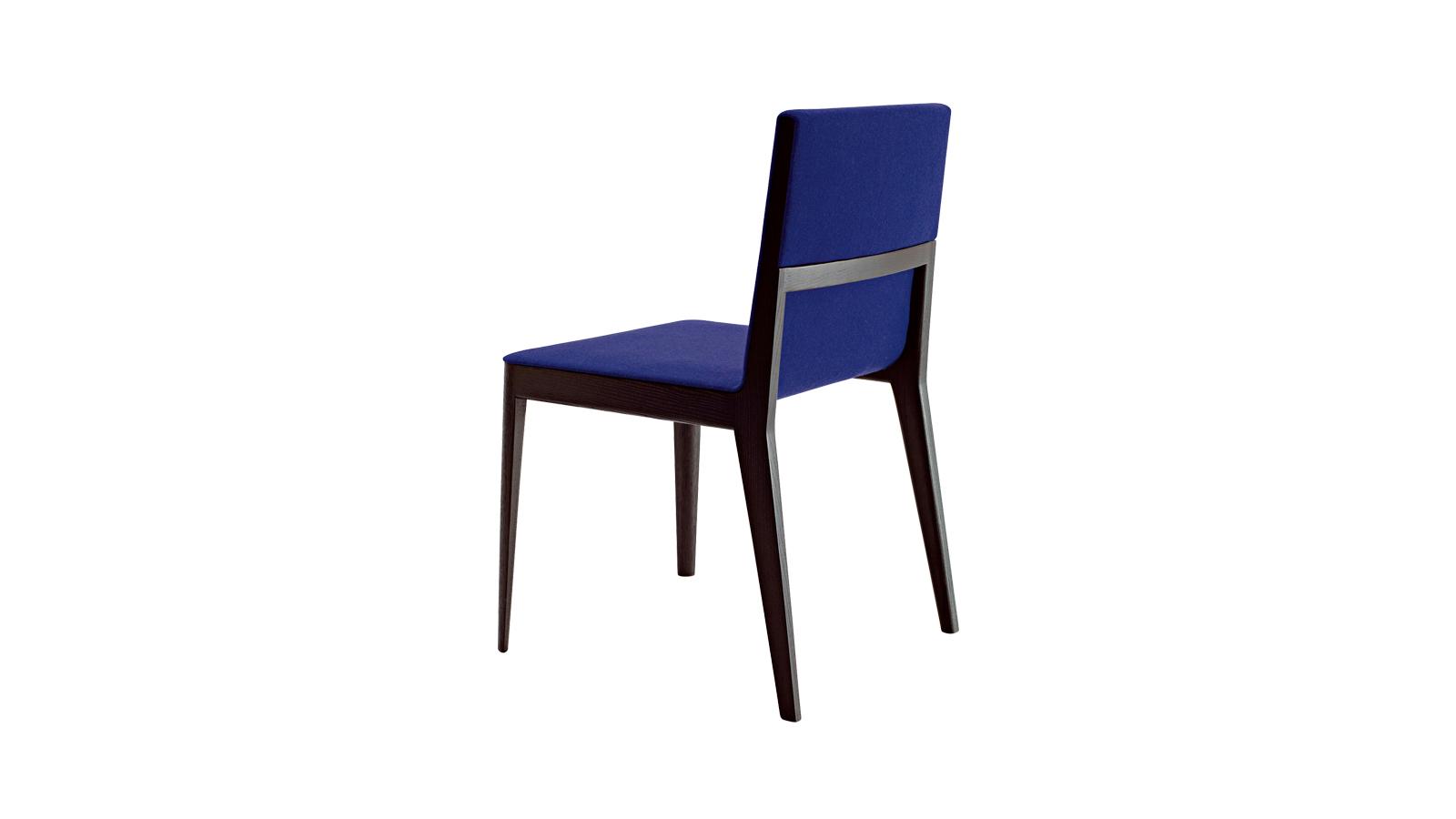 """""""Egyesíti a geometriát és a lágyságot, a profi famegmunkálási ismereteket és a technológiát. Az Elt a precíz részletek, különösen az ülés és a háttámla kerületén végigfutó párnázott bútorelem teszi párját ritkító, csodálatos tárggyá. A faváz optikailag csökkenti a szék térfogatát, miközben figyelemre méltó kényelmet és bizonyos mértékig rugalmasságot is garantál. """""""