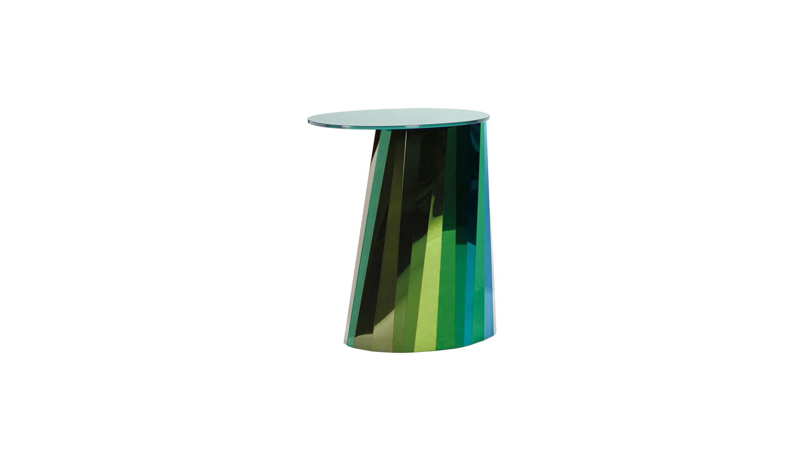 Akár egy kristály vagy egy gyémánt felülete, úgy szórja szét a térben a fényt a Pli felülete. Az asszimmetrikus asztalka lábszerkezetét számos, egyazon szín négy árnyalatából álló elem alkotja, mely szokatlanul látványos ragyogást eredményez. A Pli két magasságban, több színben kapható.
