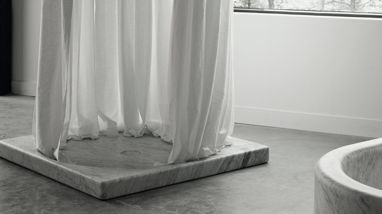 Akárcsak a Salvatori termékeinek döntő része, a Balnea sorozathoz tartozó zuhanytálca is egyetlen, csodás darab természetes kőből vagy márványból készül. Öt különböző konfigurációban, formában és színben elérhető, így akár a fürdőszoba közepén is elhelyezhető, melynek ezáltal valódi főszereplője lehet.