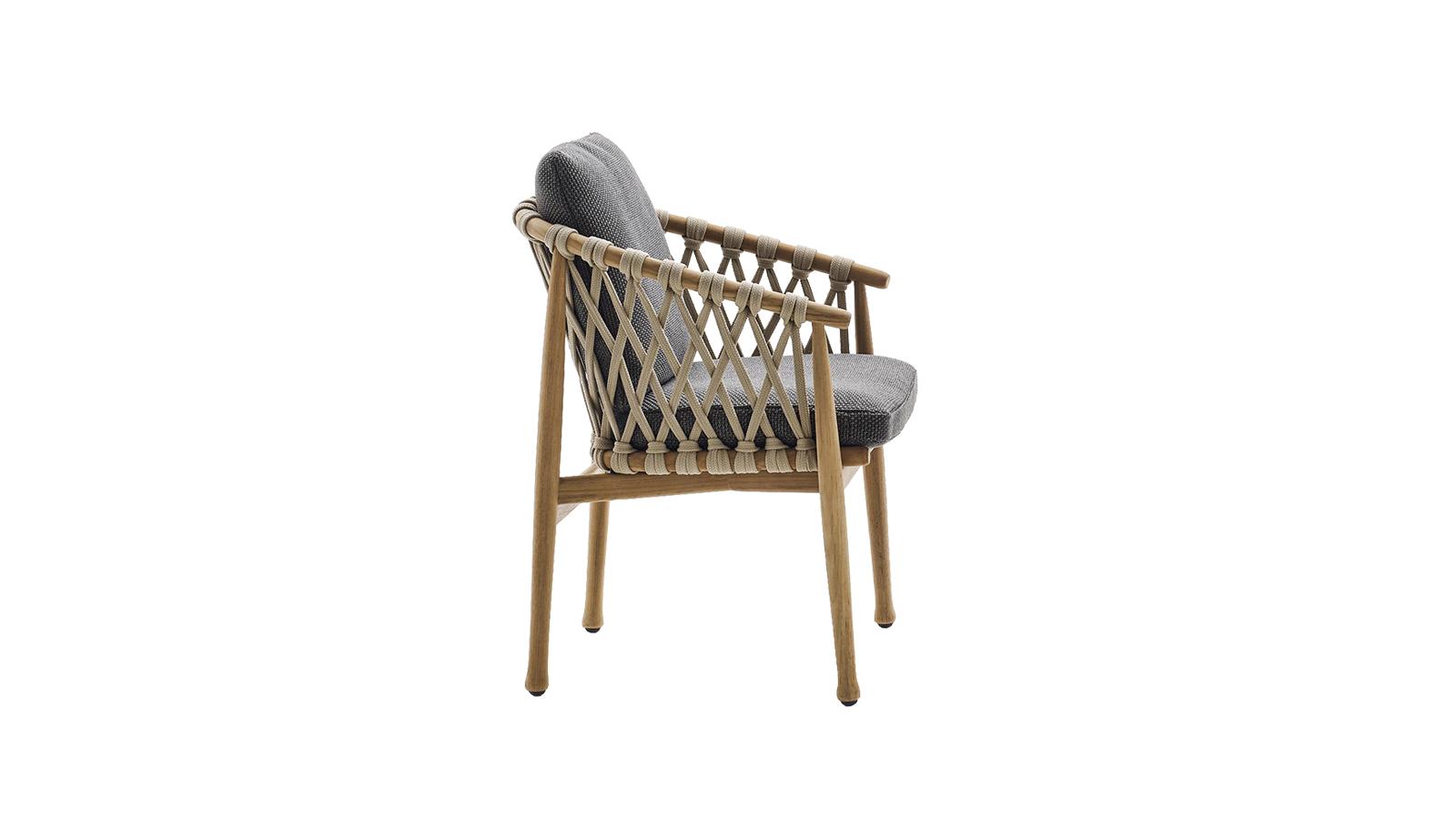 A Ginestra kültéri kollekcióhoz tartozó székek természetes teakfából készülnek, stílusukat illetően pedig kissé skandináv jegyeket hordozó, de ugyanakkor ázsiai ihletésű darabok. A kollekció székének karakterét a polipropilén szövet adja, mely remekül bírja a kültéri használatot is.