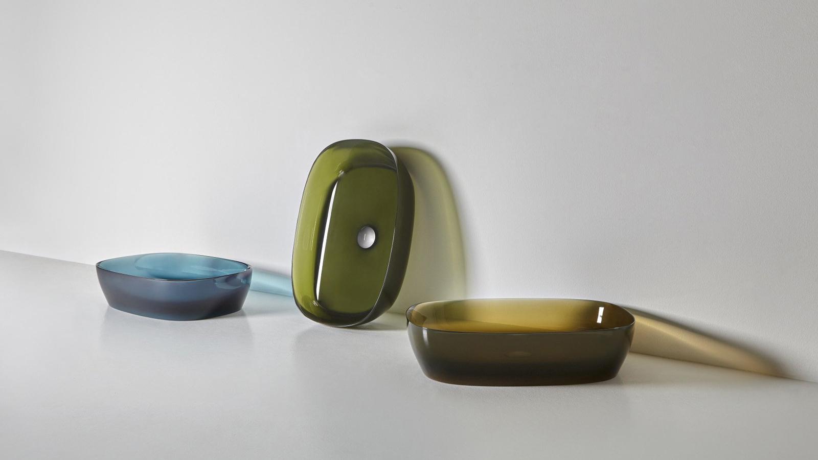 Négyszögletes forma, legömbölyített sarkokkal kívül és belül is – a Senso lágy, természet által inspirált formája tökéletes arányokkal rendelkezik, eleganciát és könnyedséget sugároz. A SensoC változat, mely a képen látható, a gyártó által kifejlesztett Flumood anyagból készül, mely több színárnyalatban is elérhető.