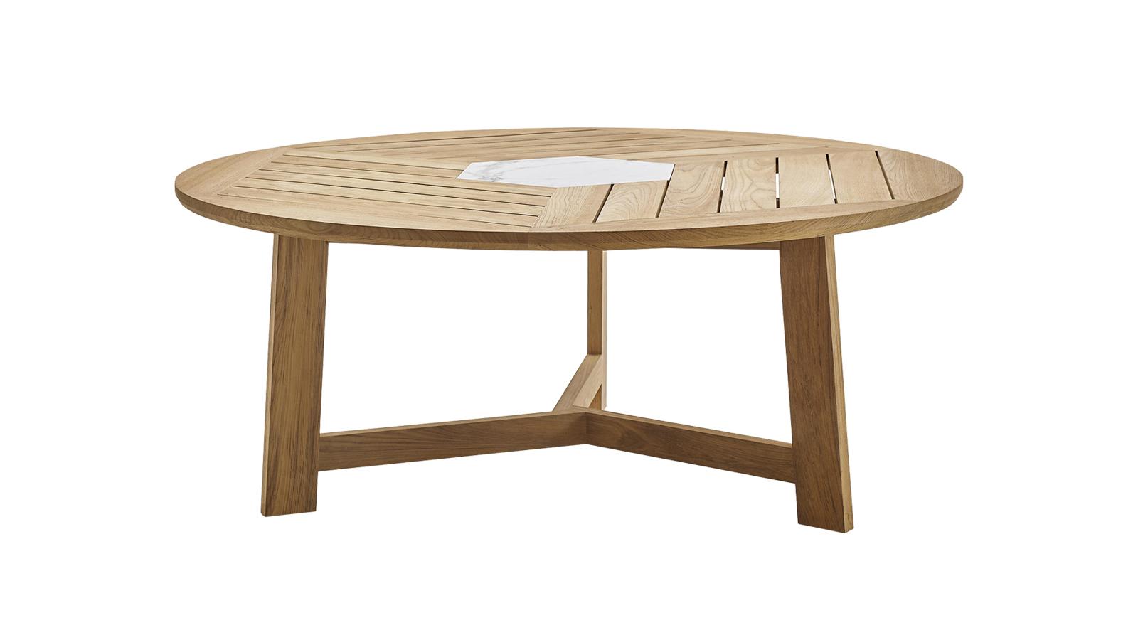 A Ginestra asztalok a B&B Italia nagyméretű büszkeségei szögletes és kerek változatokban, melyek közös ismertetőjelei a természetes teakfa részletek és a Calacattai porcelán betét. A Ginestrát 2017-ben álmodta meg Antonio Citterio, a márka egyik kedvenc designere. A kollekcióhoz egy teakfa szék is tartozik, melyet egyértelműen az északi trendek ihlettek és a fonott mintázatú polipropilén szövet ad neki különleges karaktert, rendkívül ellenálló képességével az időjárás viszontagságaival szemben.