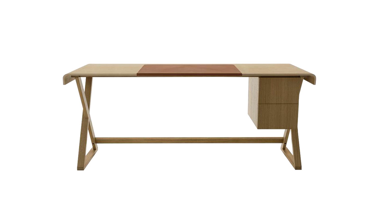 A Maxalto Sidus íróasztala egy szerény darab: egyszerű megoldásokkal operál, miközben mégis különleges. Az asztallábak keresztezése elemeli a bútort a hagyományos íróasztalok megjelenésétől. Az asztallap keskeny, de mégis elfér rajta, ami a szükséges - kis méretének köszönhetően sminkasztalként is használható egy tükör elé helyezve. Szürke tölgy, csiszolt világostölgy, valamint fekete tölgy variációkban kapható - már a Code Showroomban is!