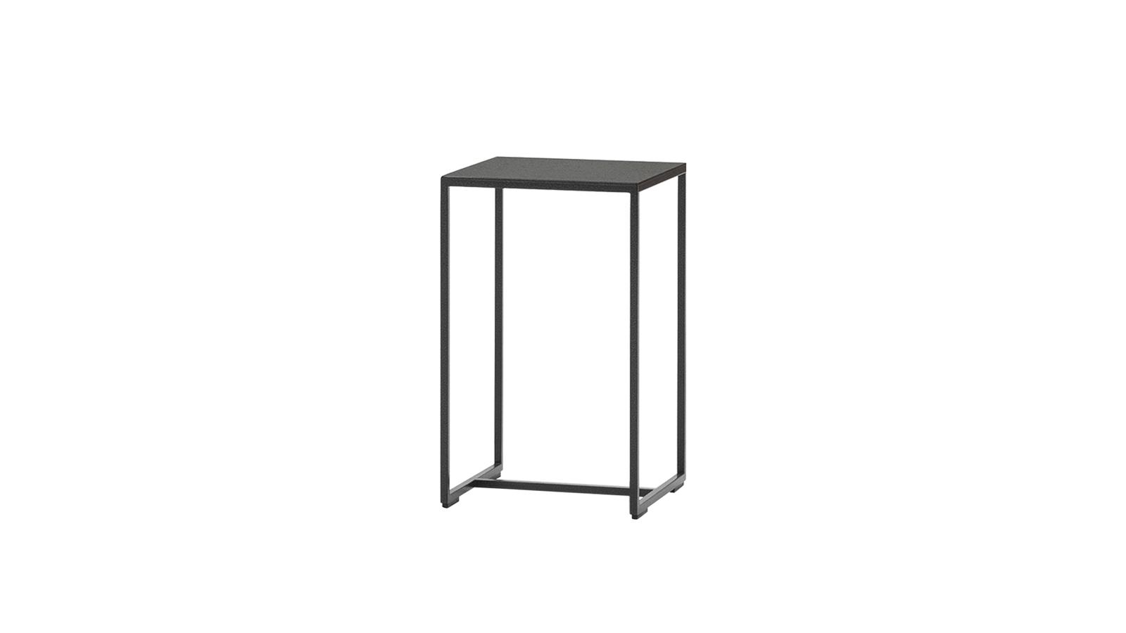A Duchamp kültéri asztal egy korábbi Minotti-klasszikus újragondolása. Az eredetileg 1998-ban bemutatott beltéri változat ugyanezt a lineáris, rendkívül letisztult formavilágot képviselte, de az új modell már négy méretben és egyedi, kültéri felületkezeléssel is elérhető, így jóval nagyobb rugalmasságot enged meg felhasználójának.
