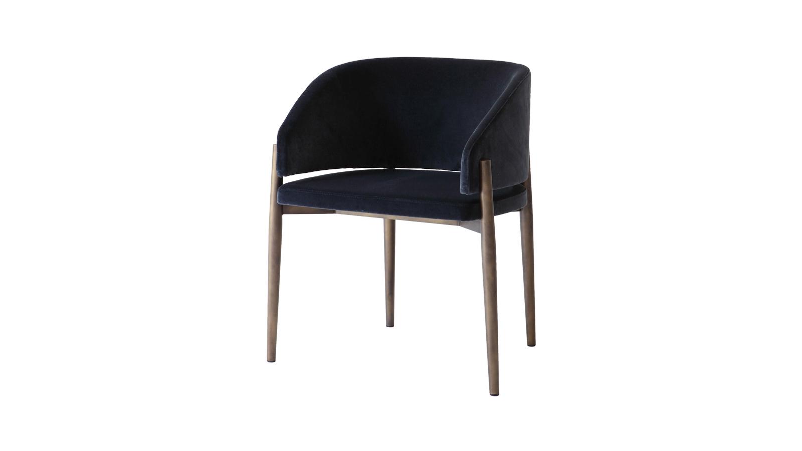 A skandináv design ihlette a Frank széket, melyet három tulajdonsága tesz különösen ellenállhatatlanná. A kagylószerű háttámla, az enyhe dőlésszögben megdöntött strapabíró és visszafogott lábak, valamint a rugózott ülés, mely a fenséges kényelemért felel. A bársony borítás pedig már végképp hab a tortán.