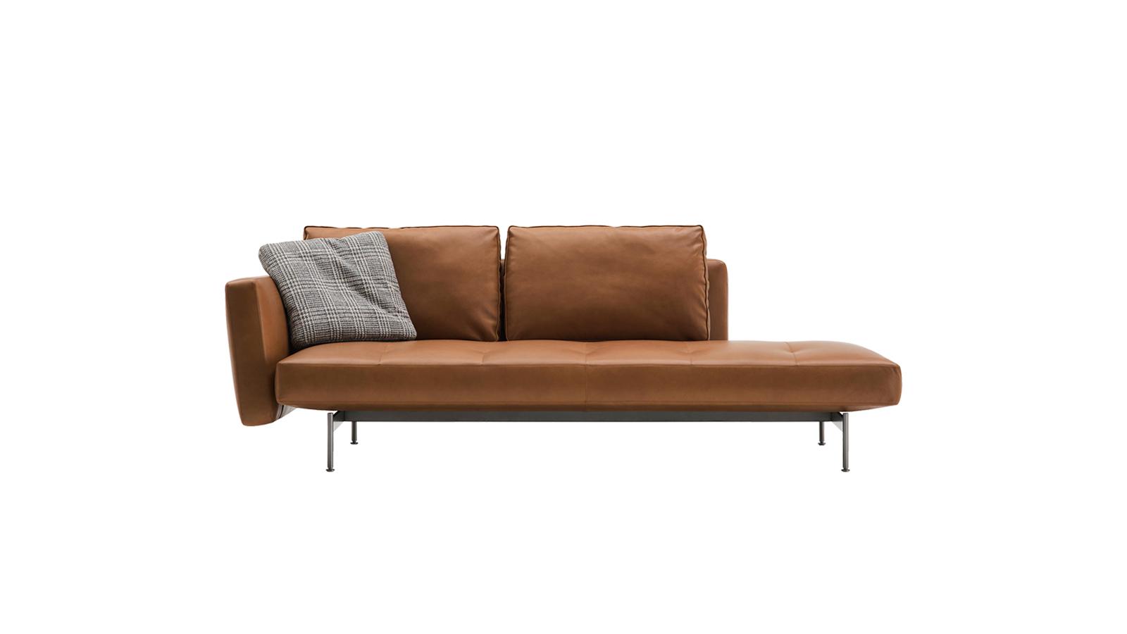 """""""A Piero Lissoni által megálmodott Saké kanapé maga a légiesség. Alig észrevehető, vékonylábai révén olyan érzetet kelt, mintha egy levegőbe kifeszített szőnyeget látnánk, amit párnák ölelnek körbe. Egyszerűen fogalmazva, finom arányokkal, modern formanyelven a B&B Italiától."""""""