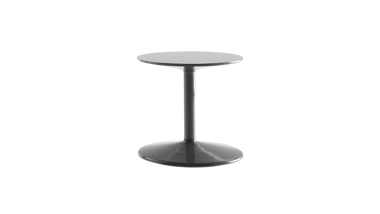 Játékosság, vidámság, és persze praktikum jellemzi a B&B Italia Spool asztalát, mely nem kevesebb, mint 18 különböző színárnyalatban, fényes, lakkozott felületekkel elérhető. Teste poliuretánból készült, stabilitásáról pedig acél vázszerkezet gondoskodik, tervezője Piero Lissoni.