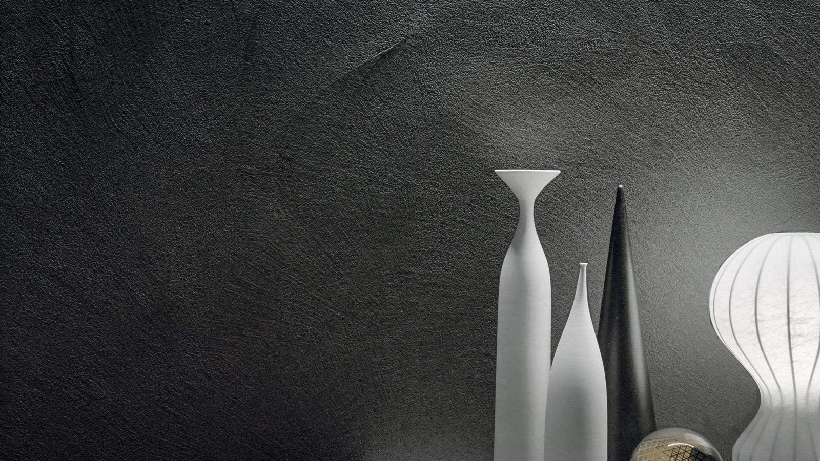 A Patina betonhatása indusztriális falakkal ajándékozza meg az enteriőrt. Visszafogott, mégis látványos jelenség, mely modern, de akár klasszikus beütésű terekben is meggyőzőnek bizonyul. A jól levegőző, bakteriosztatikus vakolat hosszú évtizedeken át szolgálhatja a háló, étkező vagy nappali használóit.