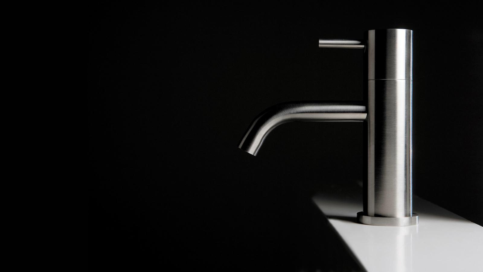 Az antoniolupi Ayati csapja esztétikai és funkcionális igények széles skáláját elégíti ki: a sokféle méretben kapható, variálható és állítható méretű alkatrész a legkülönbözőbb stílusú mosdókban találja meg a helyét. Az íves, gömbölyű formák a víz áramlását és körforgását idézik. A tartós rozsdamentes acél kialakításának köszönhetően az idő múlásával sem változik minősége - mindvégig higiénikus és tiszta darab marad, pont, amilyennek az egész fürdőszobánkat szeretnénk, hogy legyen.