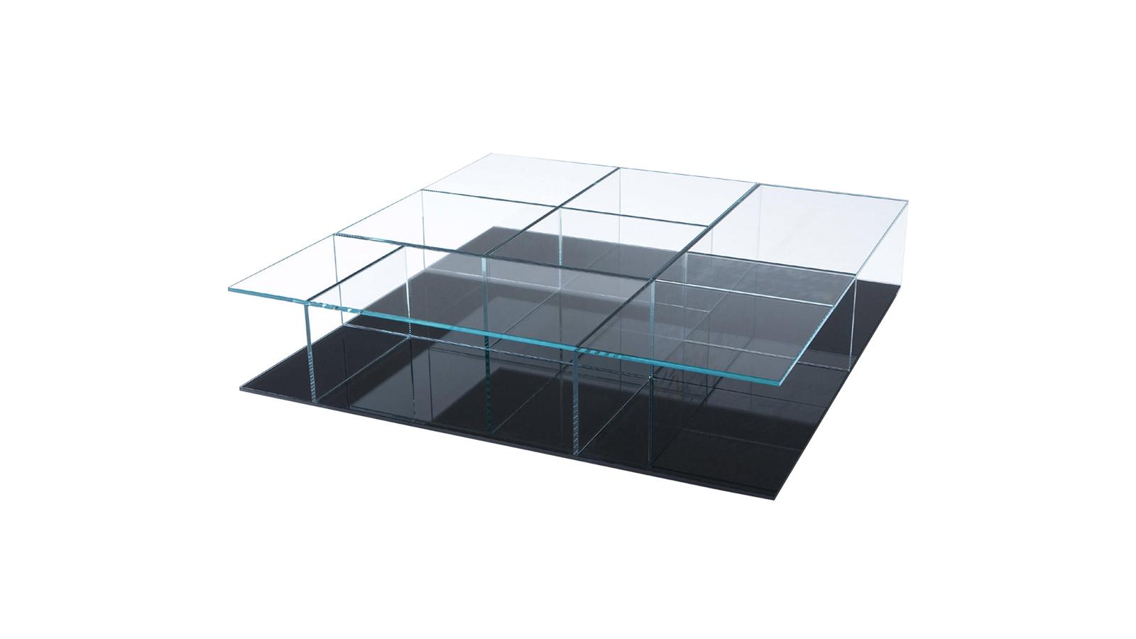 A hűvös eleganciával bíró Mex asztalt szándékosan a játékos Mex Cube kanapé ellenpólusaként tervezték meg. A különösen tiszta, csillogó edzett üvegnek köszönhetően azt a benyomást kelti, mintha állandó mozgásban lenne. A megismételhetetlen szépségű kisasztal kör, négyzet és téglalap formában is elérhető.