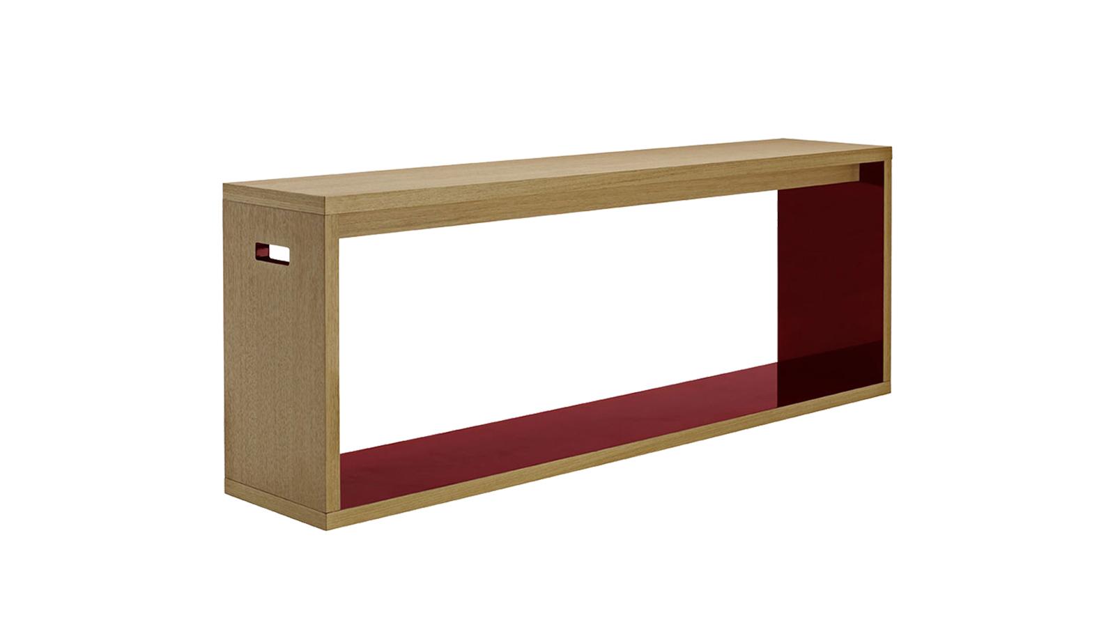 A konzolasztalokat gyakran csak a tér szükséges kiegészítőinek, szürke eminenciásainak tekintjük, pedig egy tárolóbútor is lehet látványos, karakteres. Jó példa erre a B&B Italia Frank '12 darabja, mely élénkvörösre lakkozott belső felületével gondoskodik arról, hogy magára vonja mindenki tekintetét.