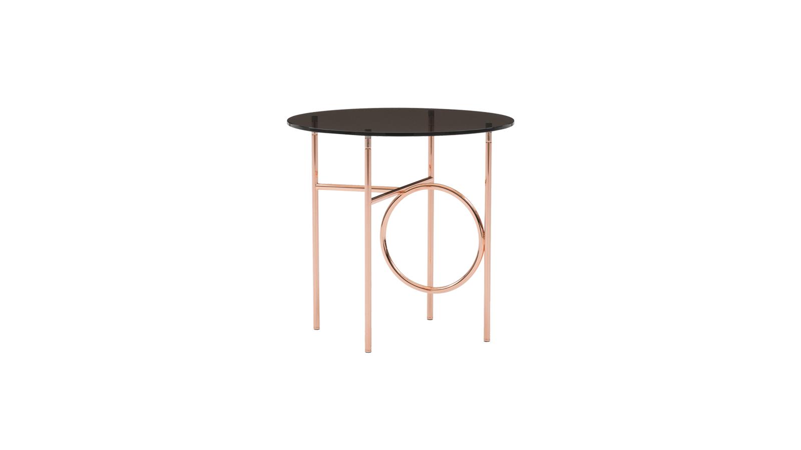 A Ring asztal új szintre emeli a geometriát. A vízszintes és függőleges vonalak által meghatározott könnyűfémszerkezet kialakítását nagy gyűrűk szakítják meg, melyek magukra vonzzák a szemet. A dohányzóasztalt többféle kialakítással és színvilággal látták el.