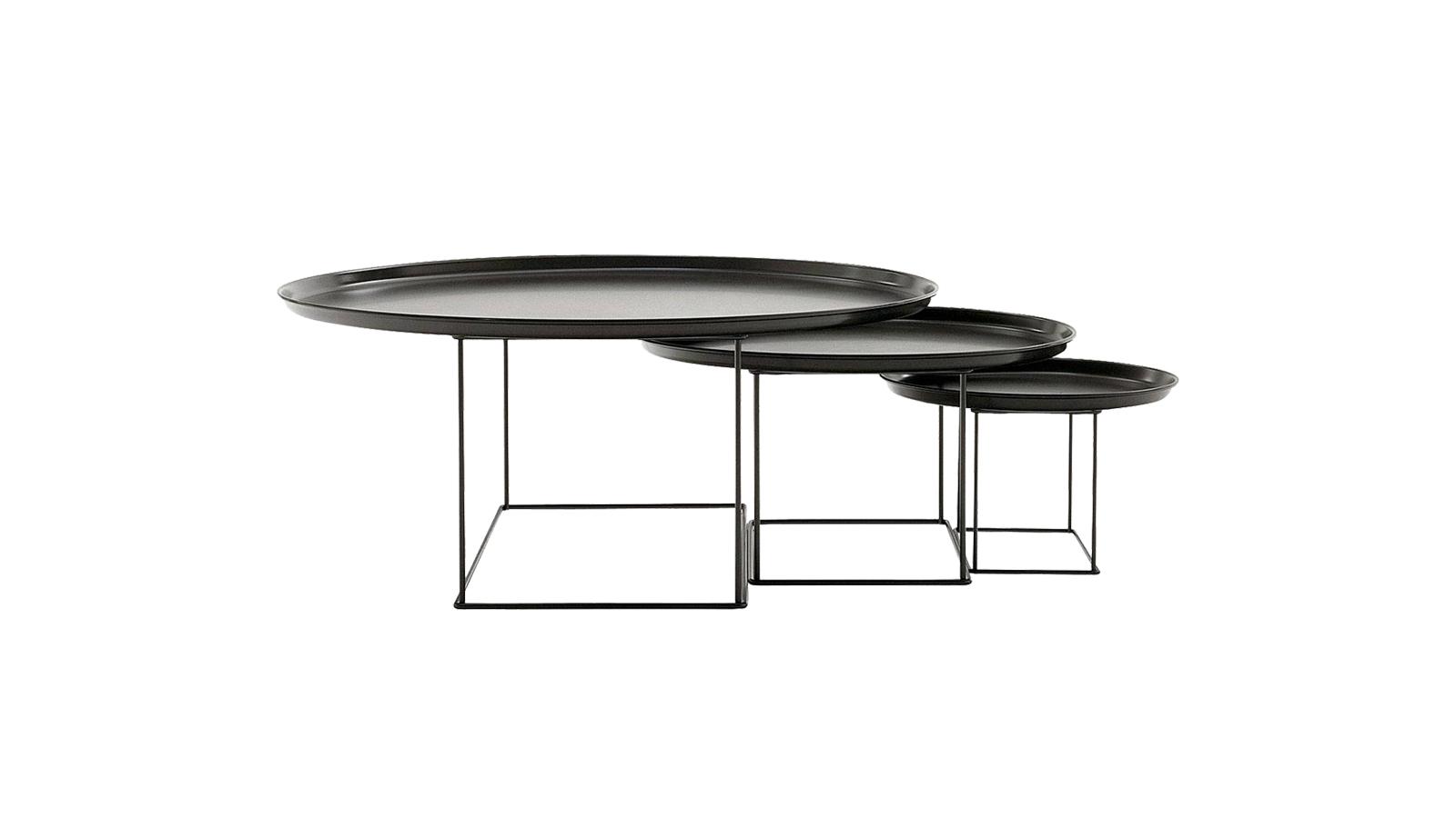 Egyértelműen a keleti esztétika tör felszínre a Fat-Fat asztalban. A tálcaszerű asztallap és a geometrikus vázszerkezet kellemes összhangban van egymással. Önmagában, valamint hármas kiszerelésben is kapható, elemei pedig egymás alá csúsztathatók.