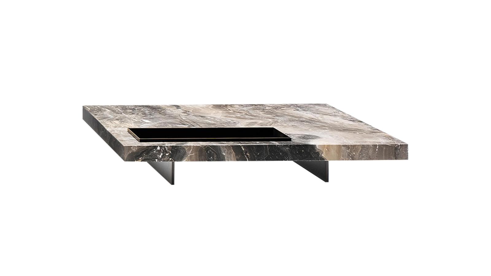 Az legkülönfélébb anyagok kombinációja és elegáns harmóniája teszi emlékezetessé a Boteco asztalokat. Az alacsony lábak azt a benyomást keltik, mintha lebegne a vaskos, négyzetformájú asztallap, melyen beépített tálca foglal helyet. A Boteco több változatban is elérhető a CODE Showroomban.