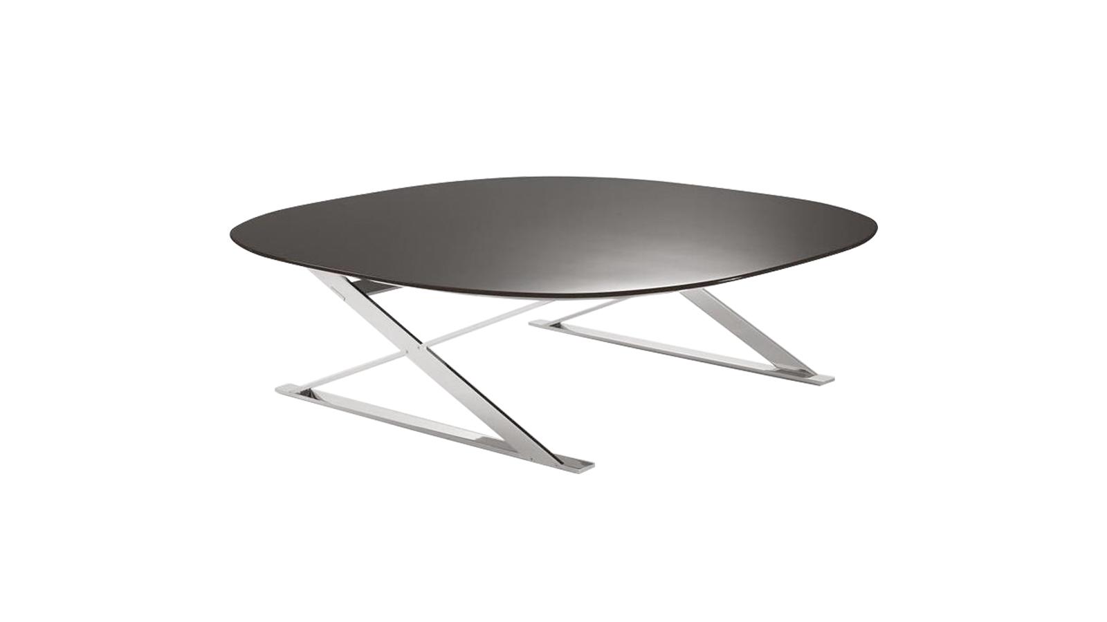 Az X alakú lábazat és a lakkozott fa asztallap párosa, a Pathos élettel tölti meg az enteriőrt. A rugószerű váznak és az asztalon játszó fényeknek köszönhetően mintha állandó mozgásban lenne, karakteres megjelenése mellett pedig senki nem tud szó nélkül elmenni. Számos méretben és színváltozatban is elérhető.