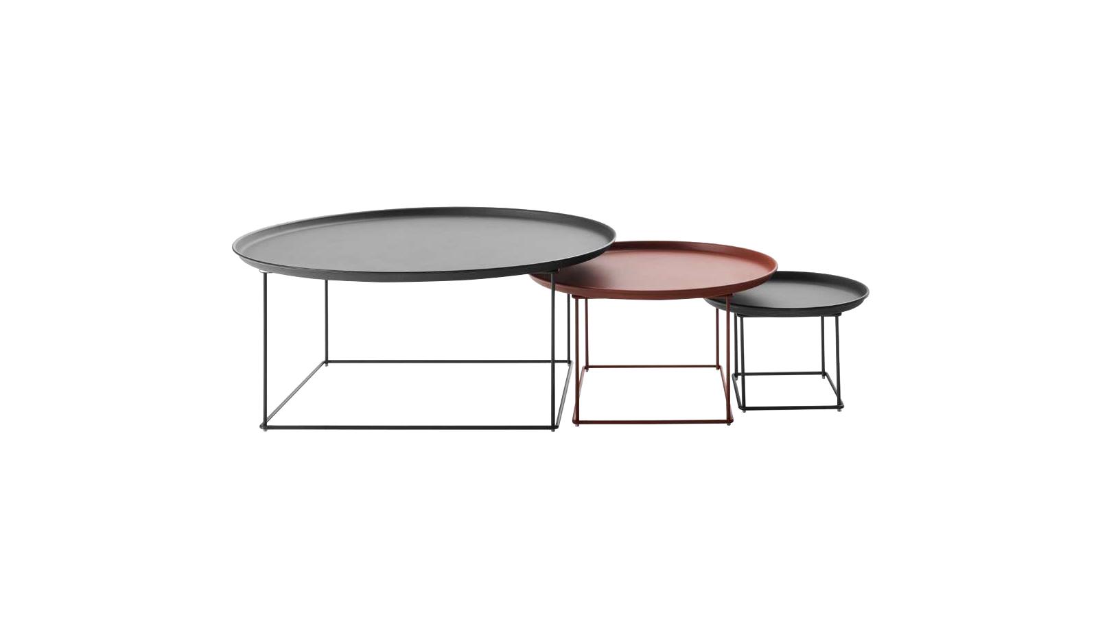 Ezeket a kisasztalokat, melyeknek beltéri változata is kapható, a lábra állítható tálcák ihlették. Tervezőjük, Patricia Urquiola szándékosan ilyen vékony, könnyed lábszerkezetet álmodott meg hozzájuk, melyeknek köszönhetően az asztallapok lebegni látszanak a térben. A Fat-Fat többféle színben és anyagkombinációban elérhető.