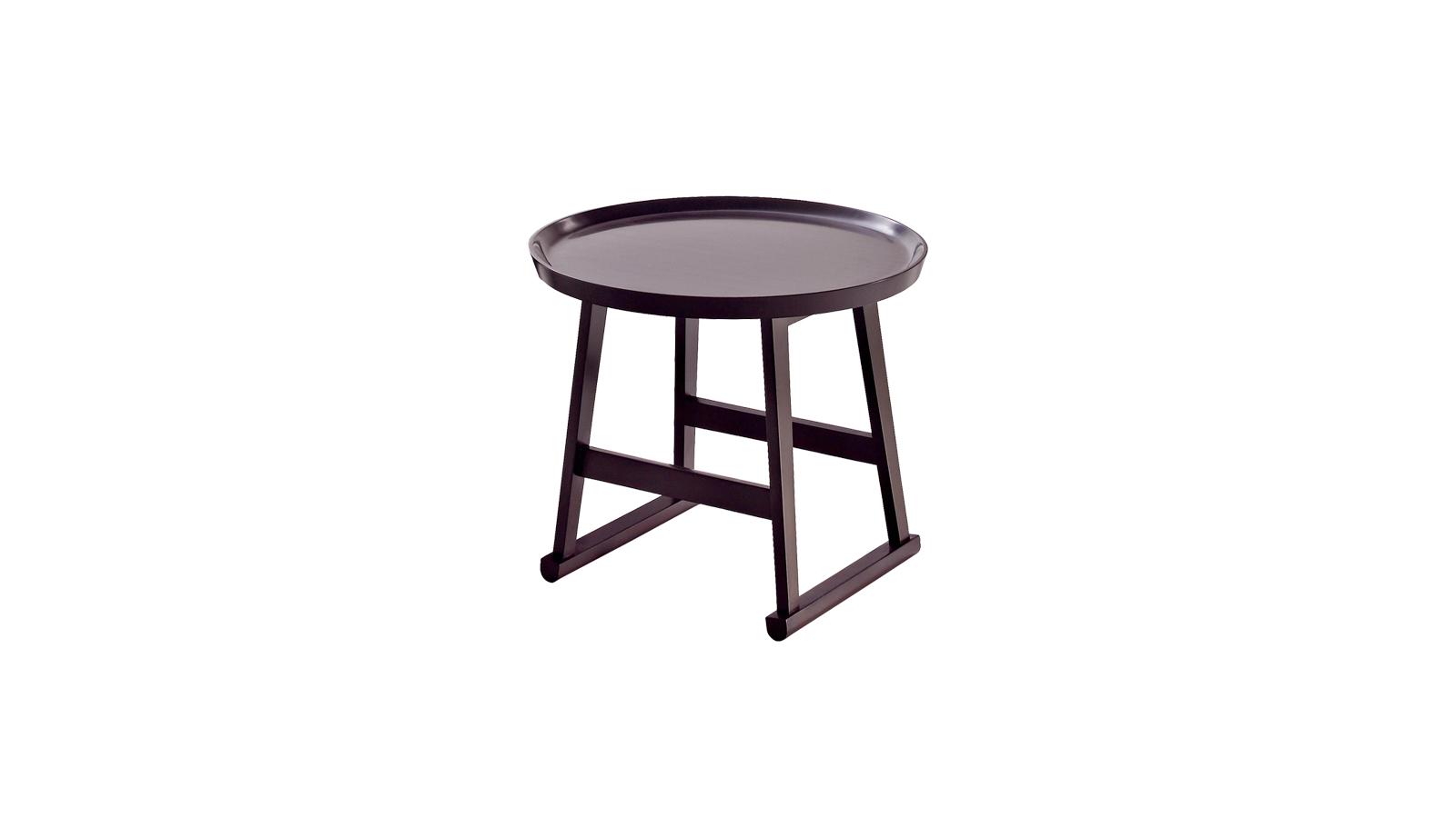 Ha született már az éjjeli szekrénynek páratlan újraértelmezése, akkor a Recipio '14 kisasztalai biztosan azok. A Maxalto kollekció darabjai habár többféle funkciót is ellátnak és több verzióban is elérhetők, egy biztosan közös bennük: az emlékezetes, tálcaszerű asztallap.