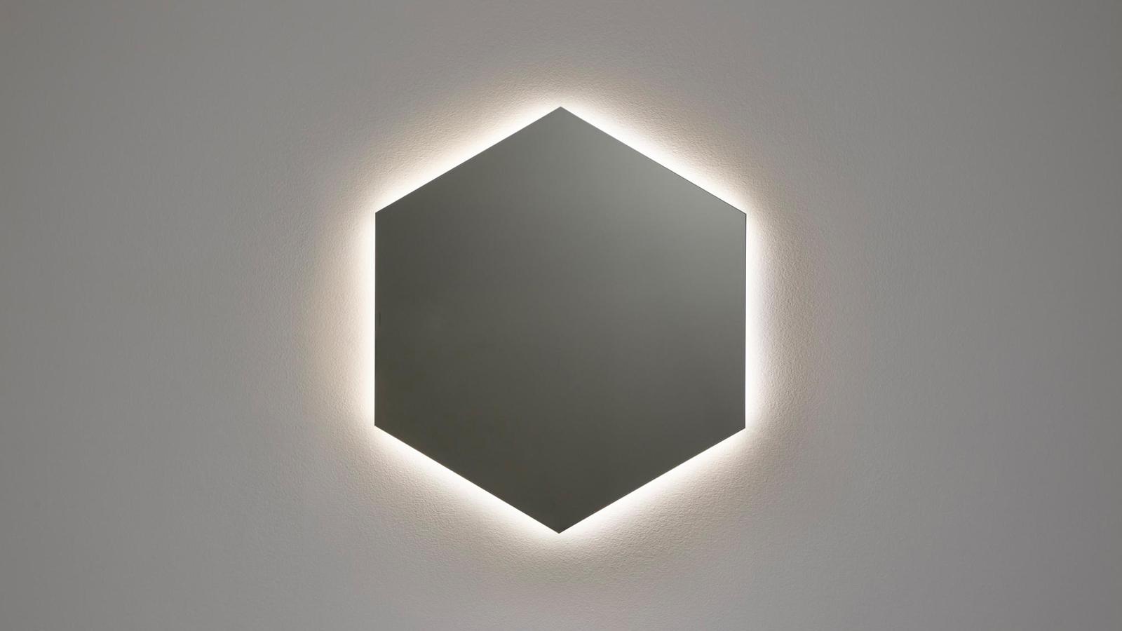 Tökéletes hat- vagy nyolcszög, mely lebegni látszik a falon: a Modulo6 és Modulo8 egyaránt a fürdőszoba karakteres kiegészítője lehet. A tükröknek egyébként mindkét változata és minden méretvariációja kapható beépített világítással is, így az antoniolupi terméke még különlegesebb hatást kelthet a helyiségben.
