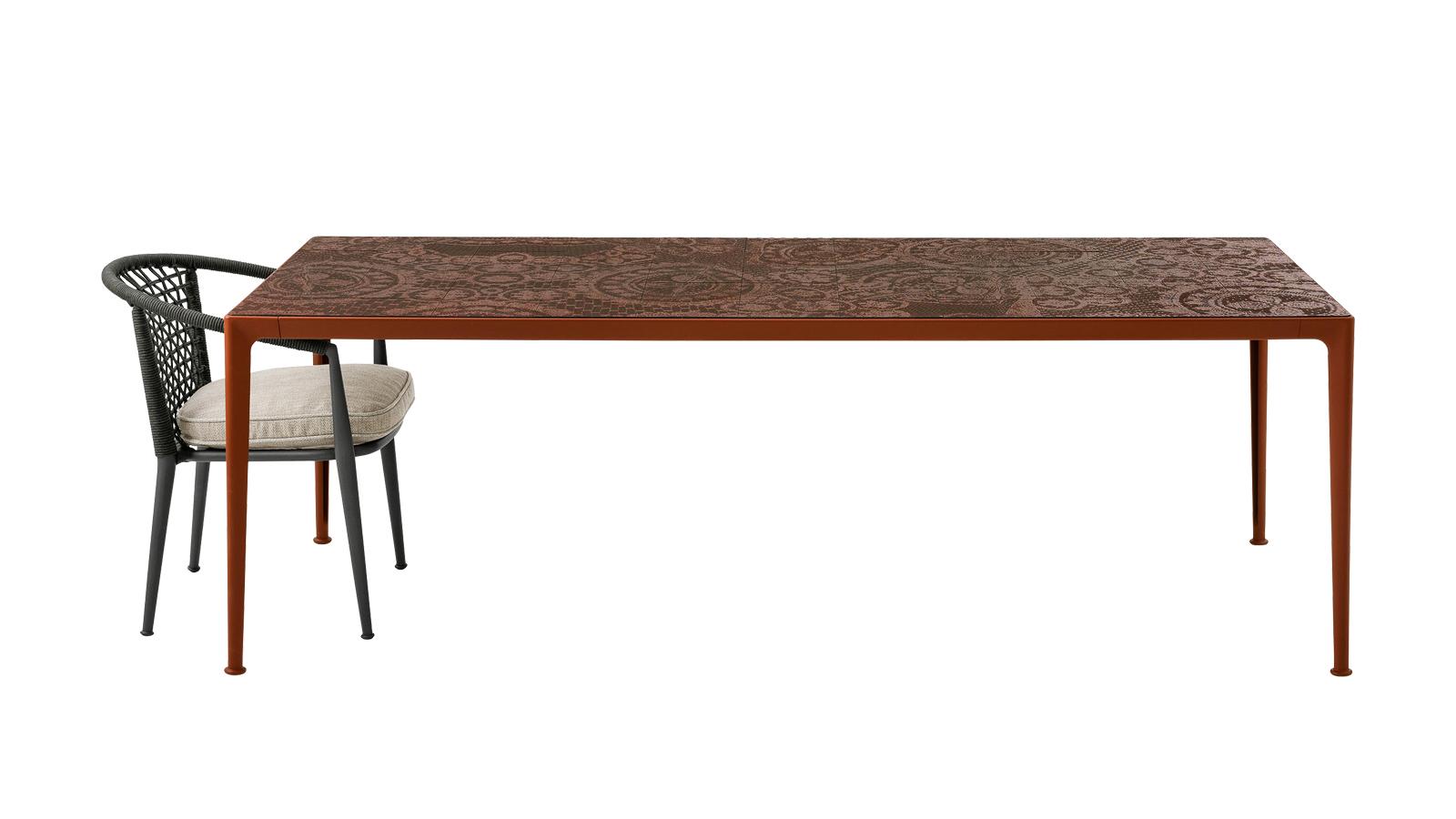 """""""Igazi high end design darab a B&B Italia Mirto kültéri asztala, mellyel a tervező, Antonio Citterio elegáns, format és funkciót tekintve egyaránt időtálló remekművet alkotott. A Mirto kollekció – melyet olyan részletek tesznek barátságossá, mint az alumínium szerkezet, vagy a különlegesen strapabíró lakkozás, ami több mint 1000 órányi sós párát képes kiállni. A kollekcióhoz tartozó székek karfával vagy anélkül, és rendezői szék változatban is kaphatók. A tervező szándékosan kerülte el a túl erős karaktert, az volt a célja, hogy a használó által alakuljon ki a bútorok személyisége. """""""